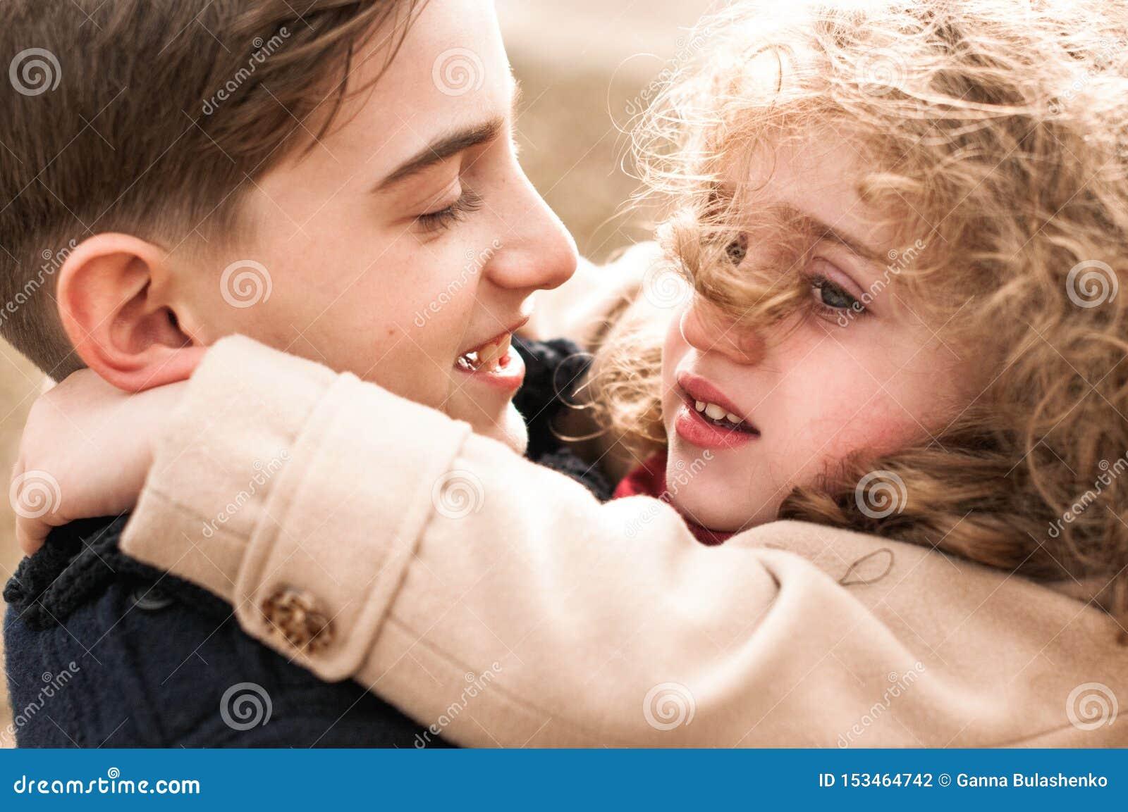 Portrait d un frère et d une soeur s étreignant