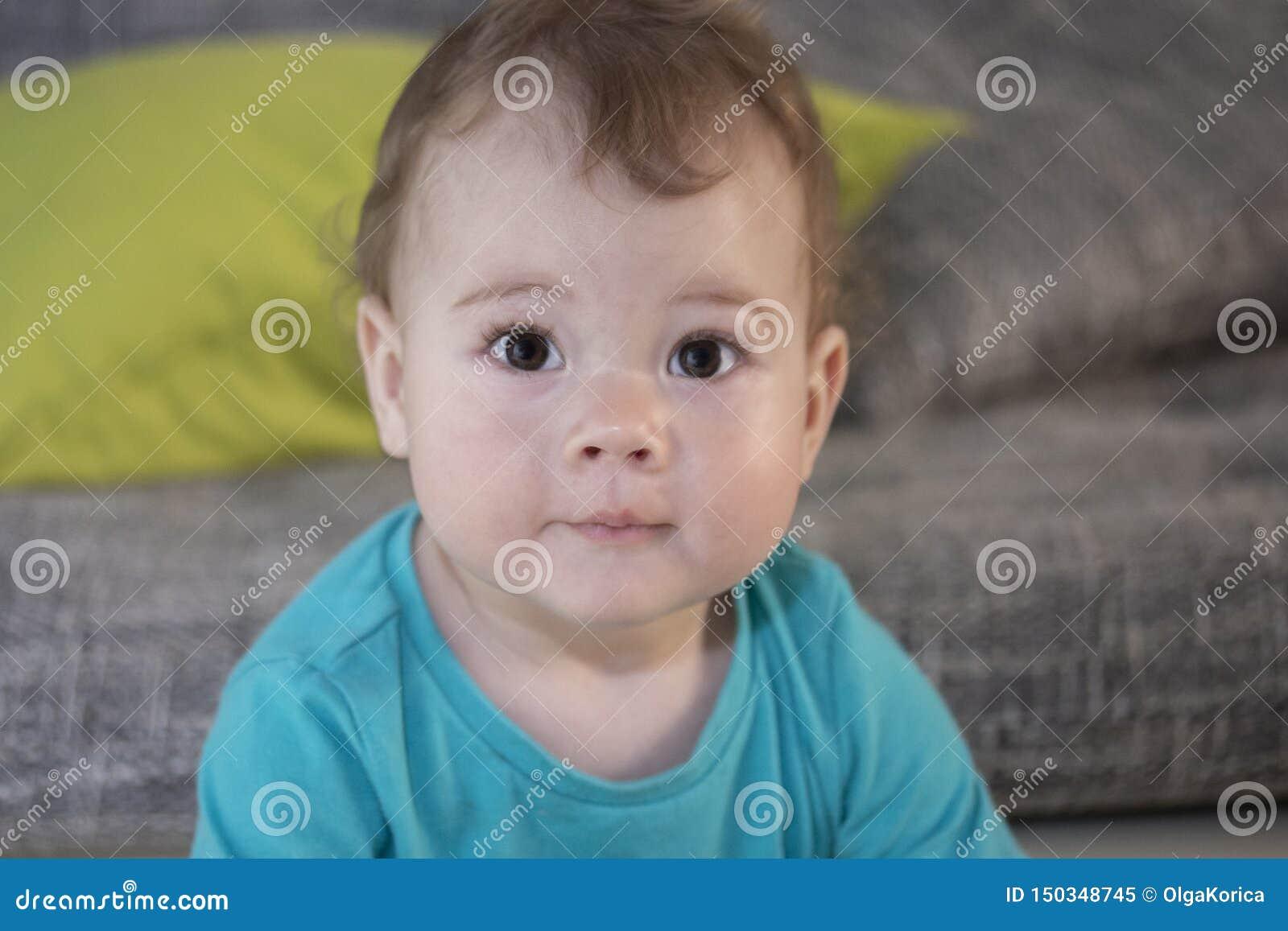 Portrait d un garçon étonné mignon de fille d enfant en bas âge de 10 mois Le bébé regarde avec les yeux étonnés Un grand portrai
