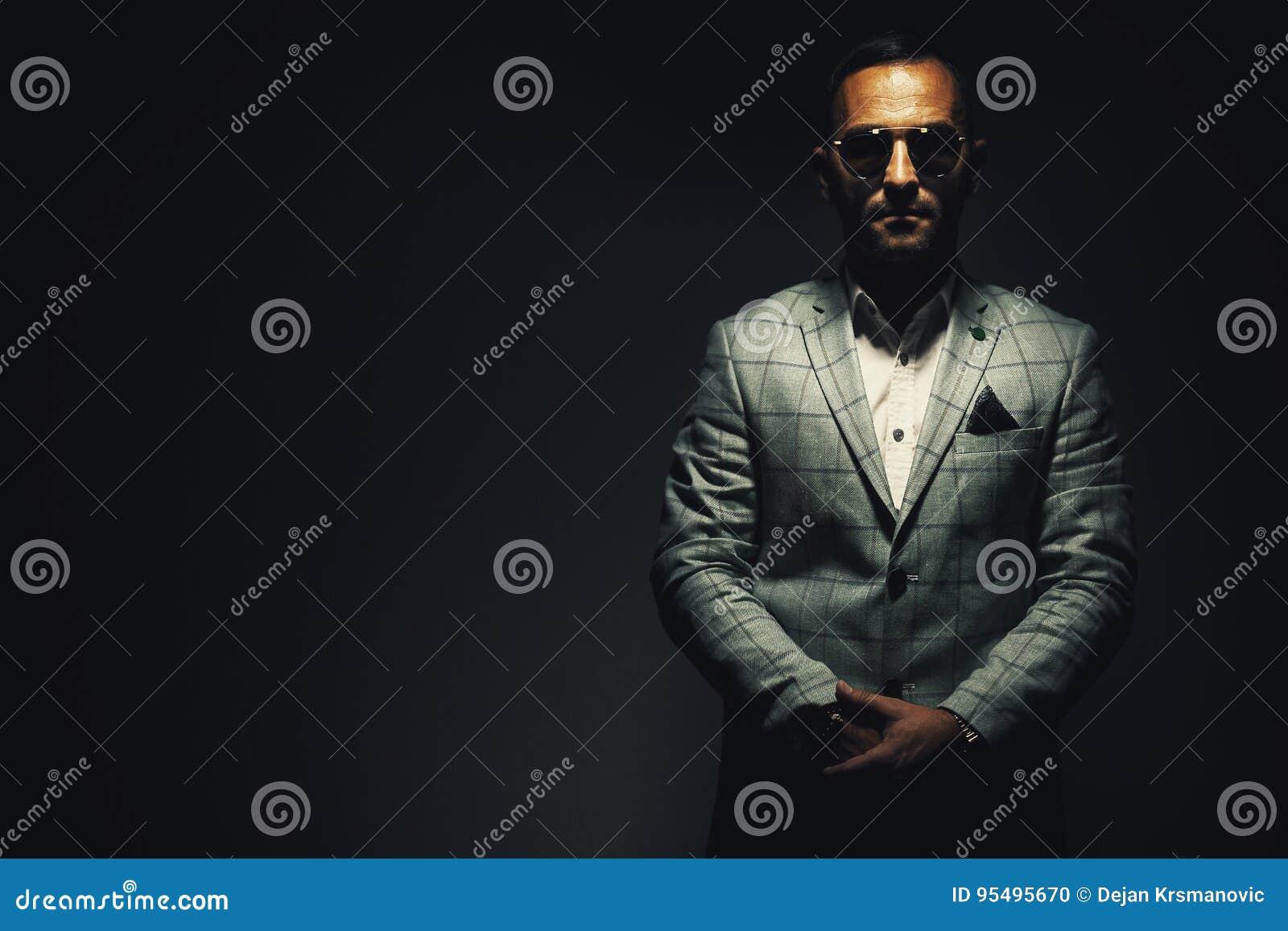 Portrait d un homme avec la veste bleue