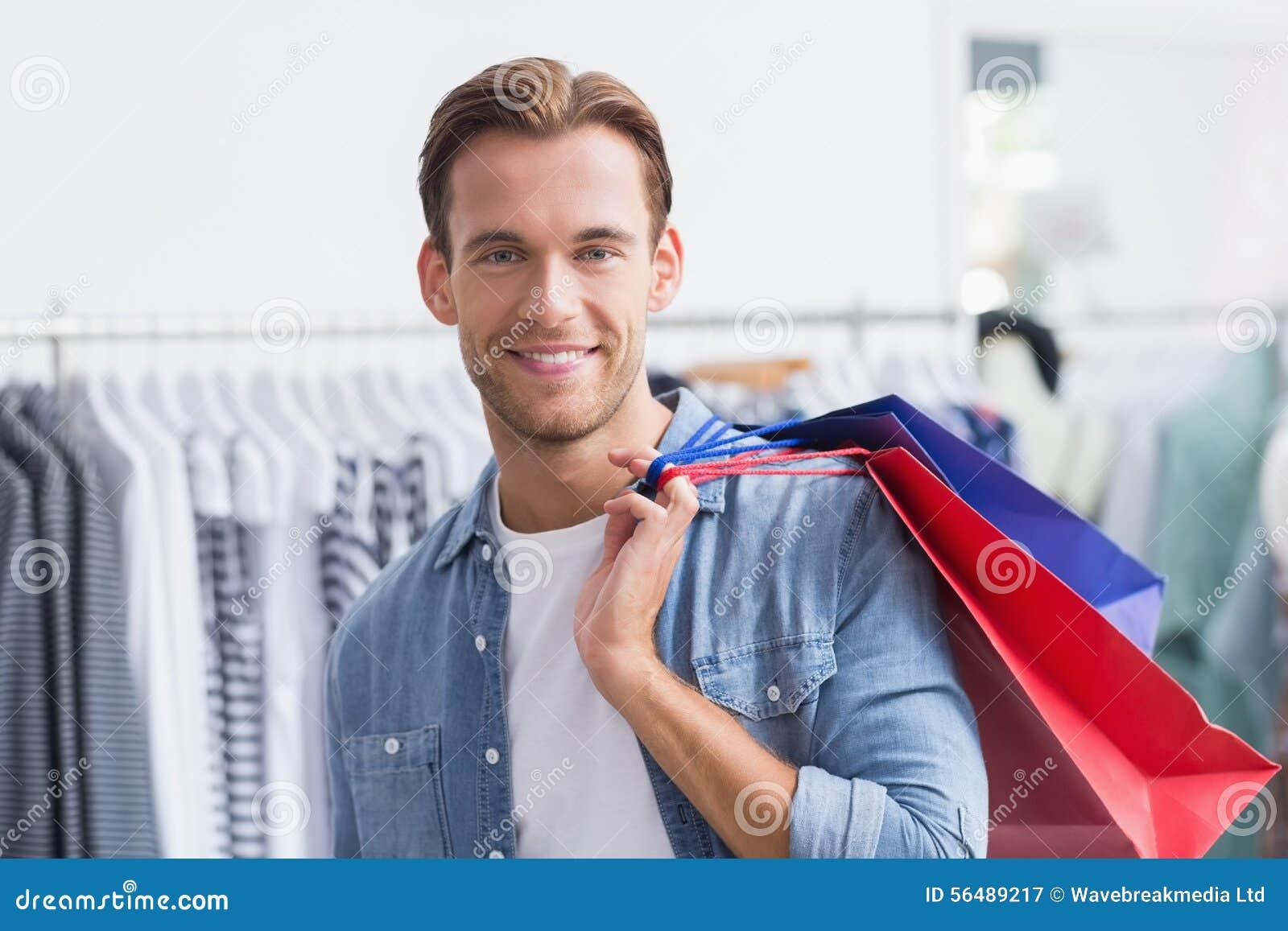 Portrait d un homme de sourire avec des paniers