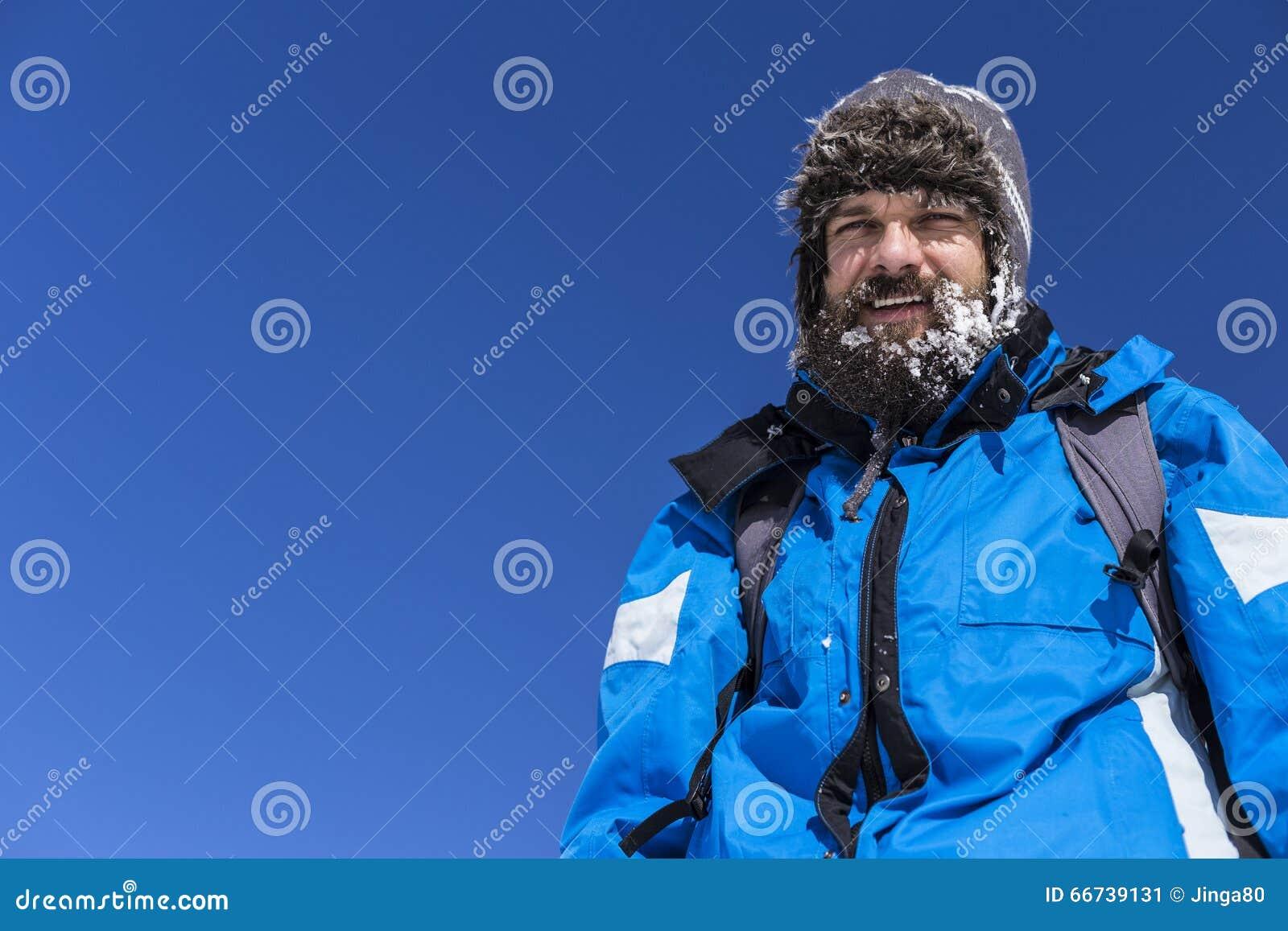 Portrait d un homme heureux avec la neige dans sa barbe
