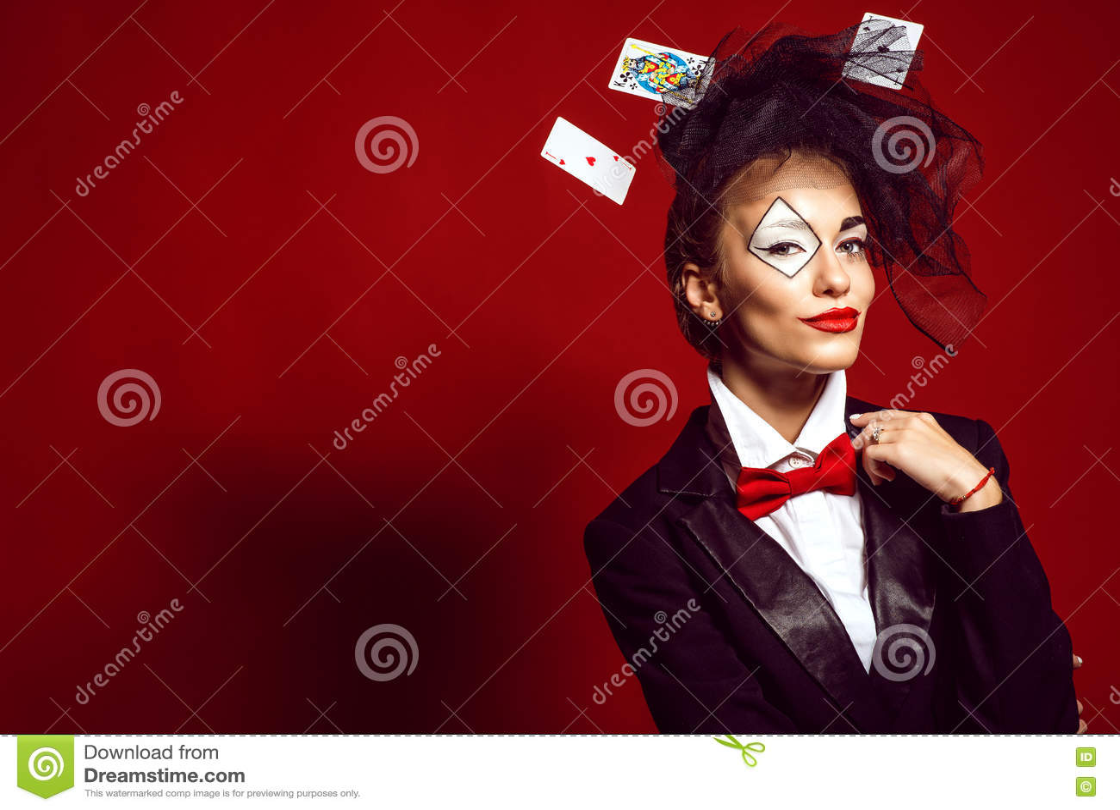 Portrait d un jeune beau croupier de dame avec jouer des cartes