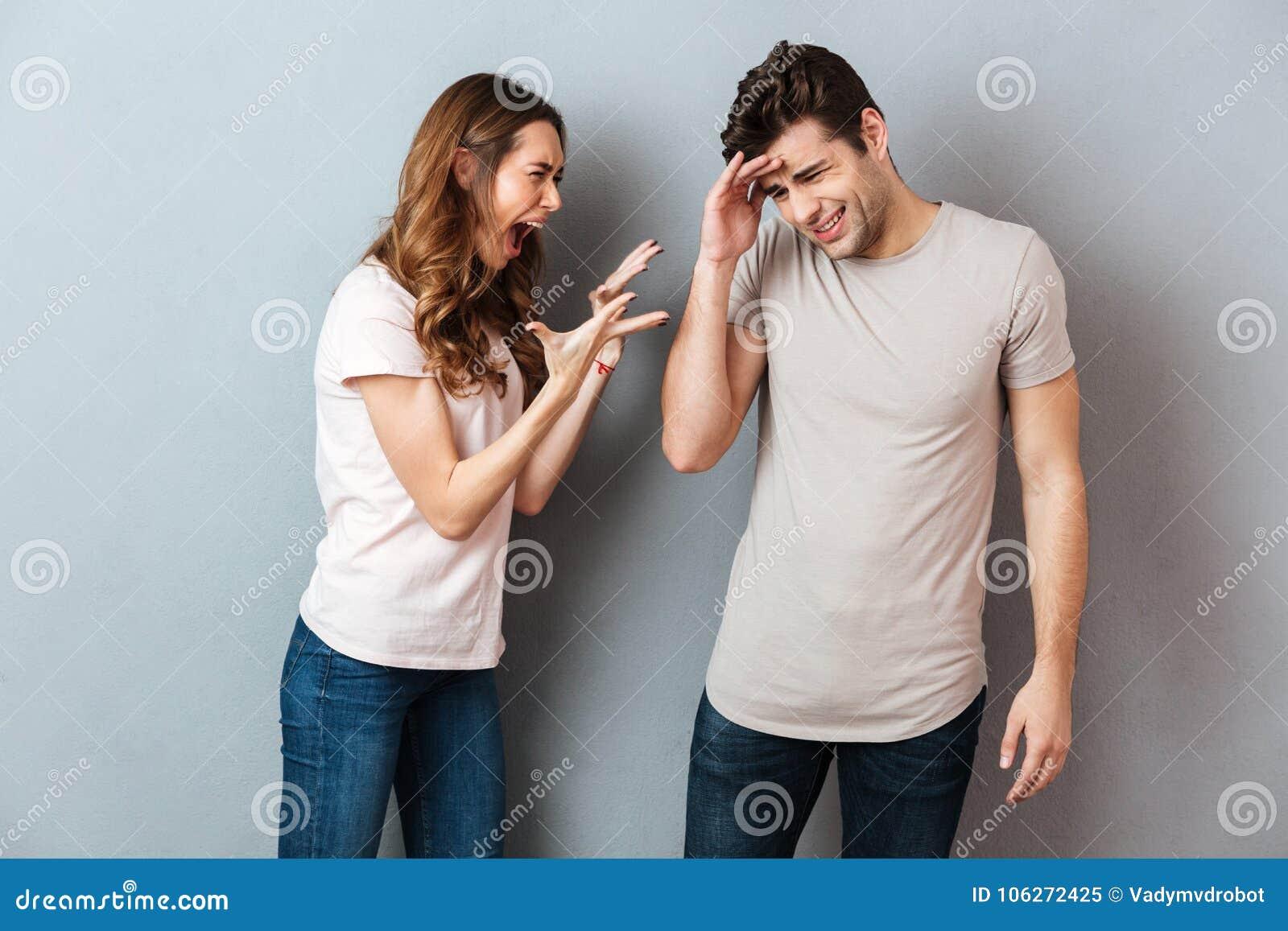 Portrait d un jeune couple fâché ayant un argument