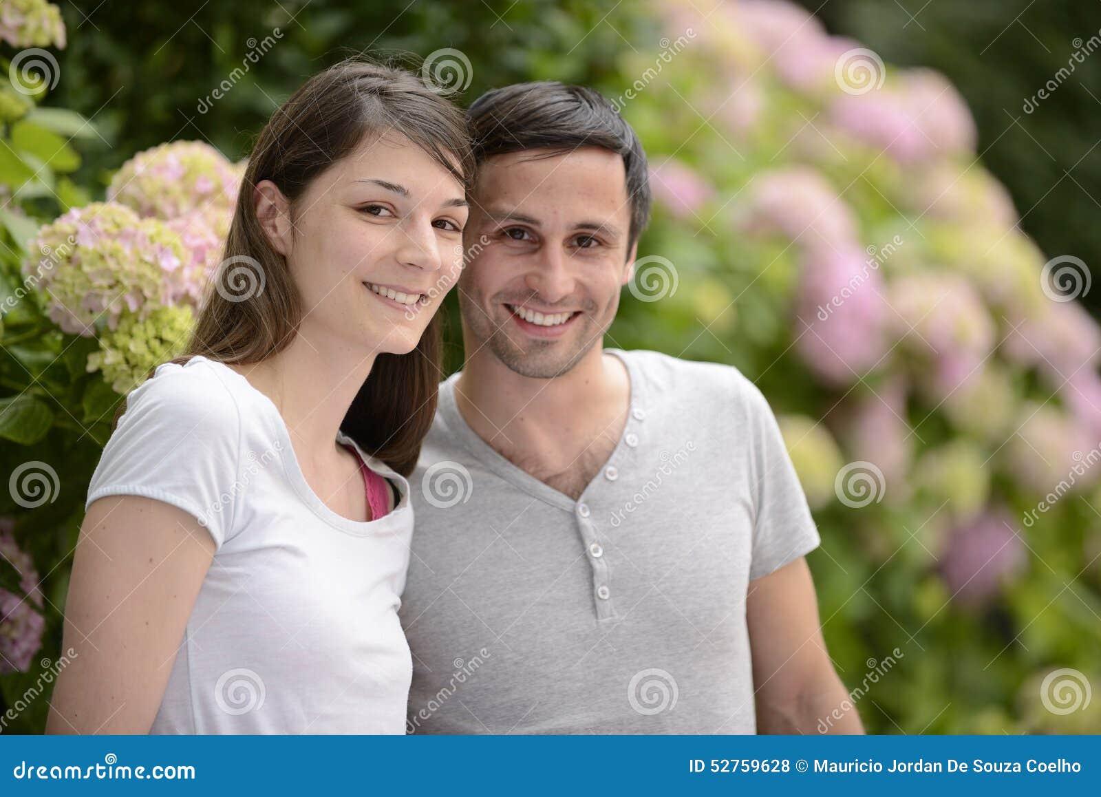 Portrait d un jeune couple hétérosexuel
