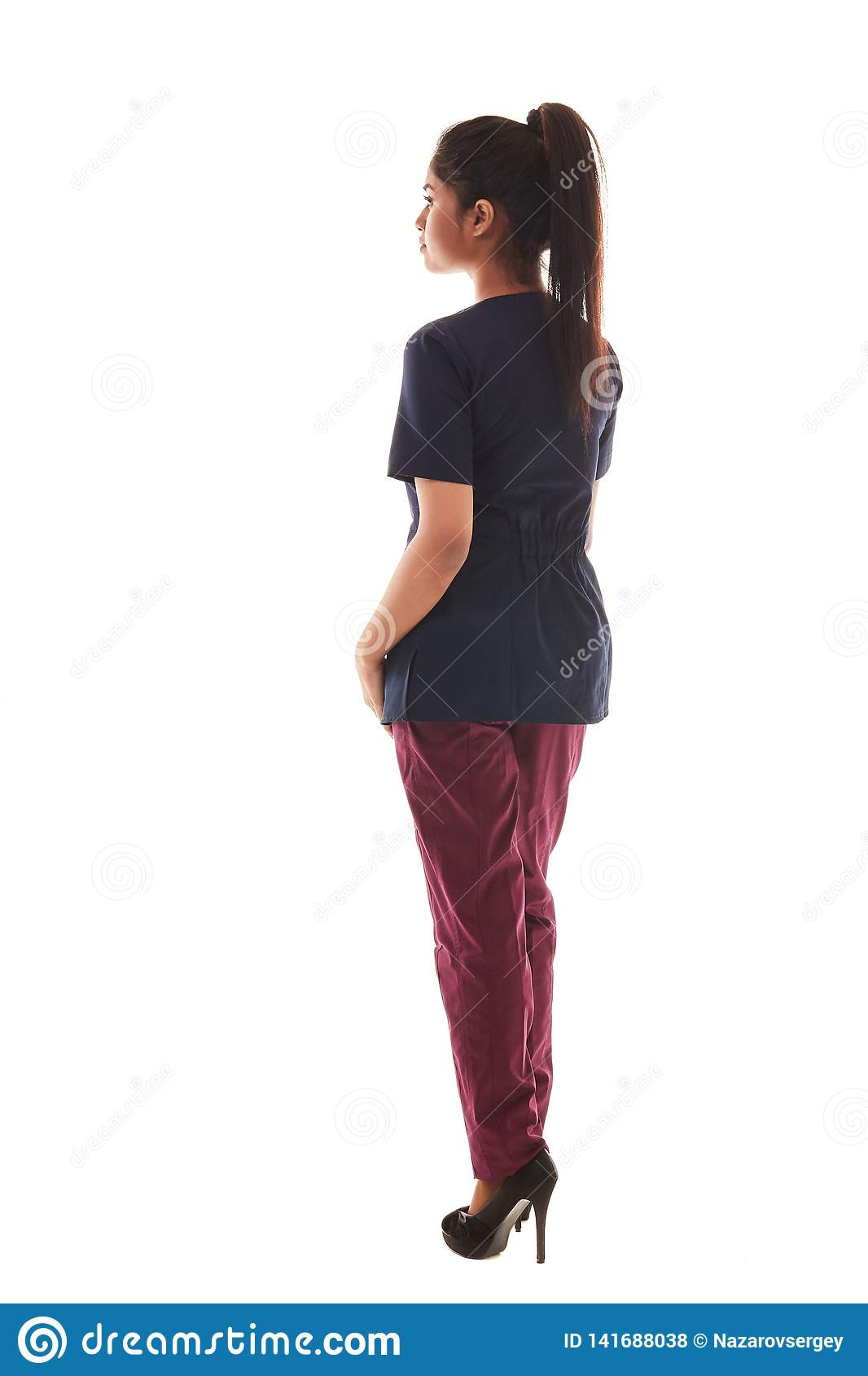 Portrait d un jeune docteur féminin attirant dans un équipement médical