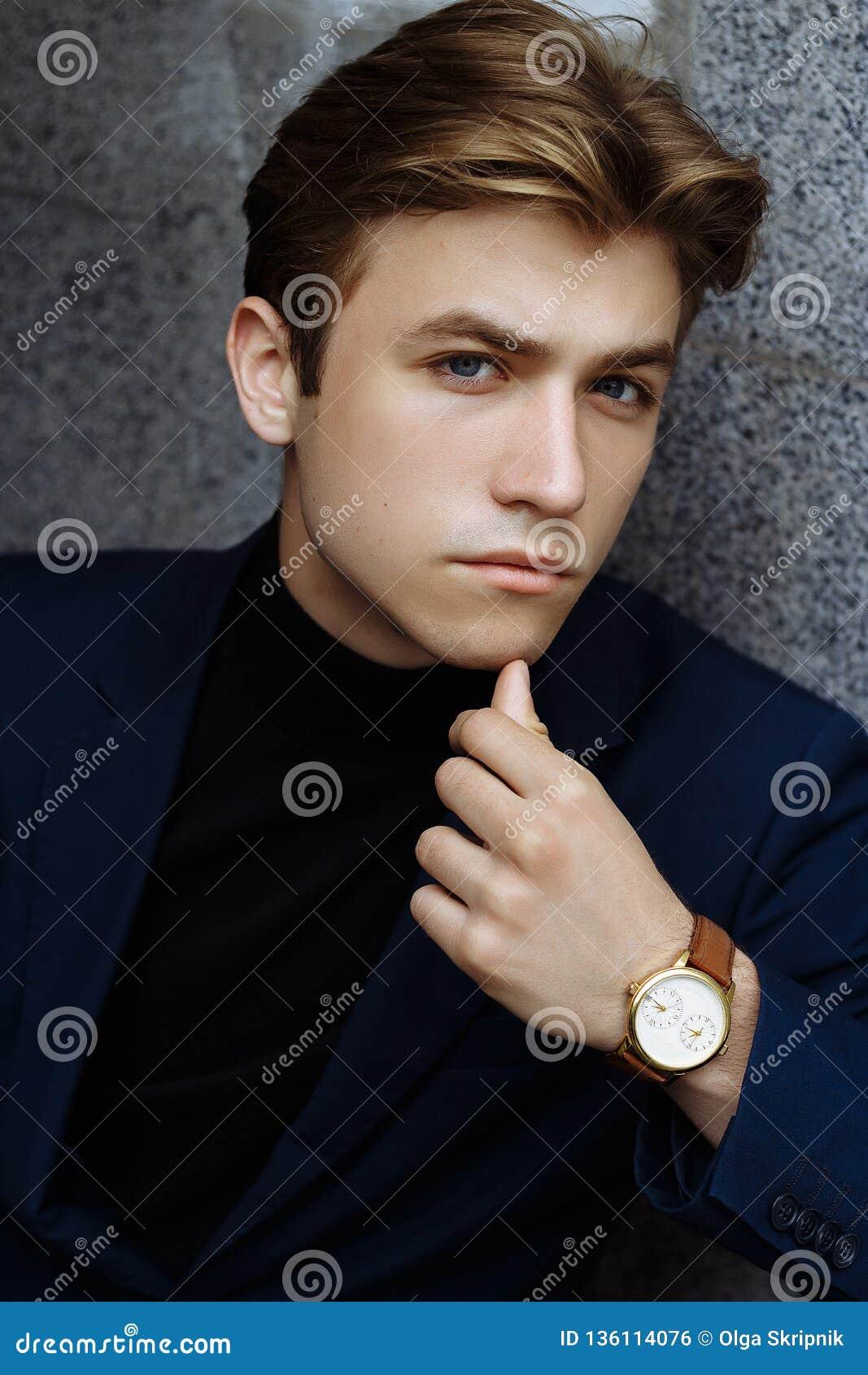 Portrait d un jeune homme attirant dans un costume bleu dans la ville