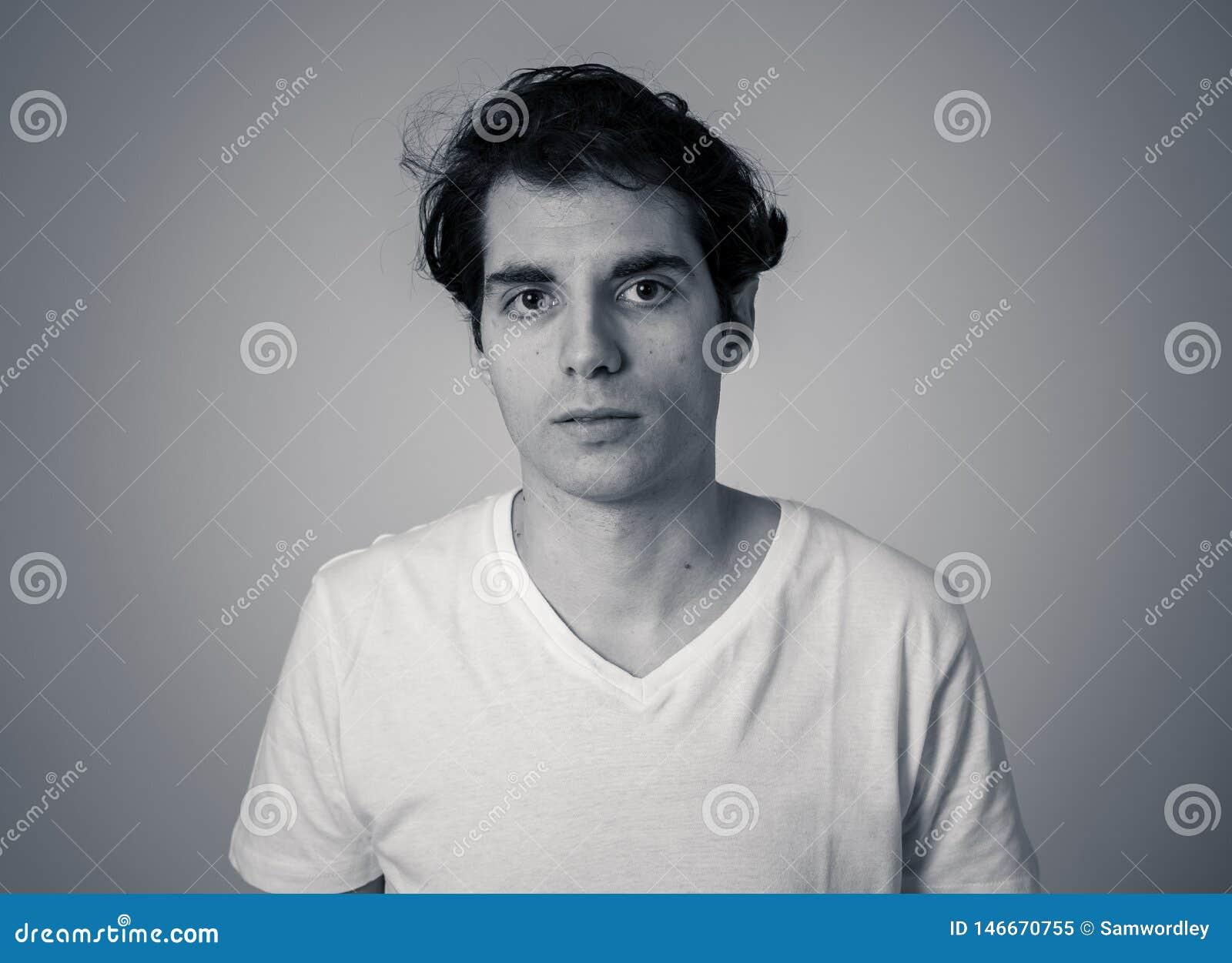 Portrait d un jeune homme beau avec le visage f?ch? semblant d?go?t? Expressions et ?motions humaines