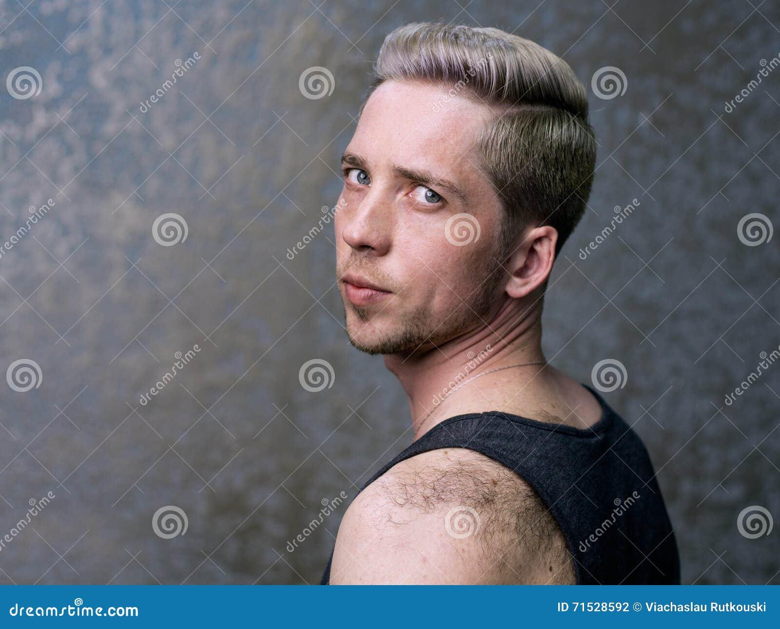 Portrait D Un Jeune Homme Blond Photo Stock Image Du Unshaven