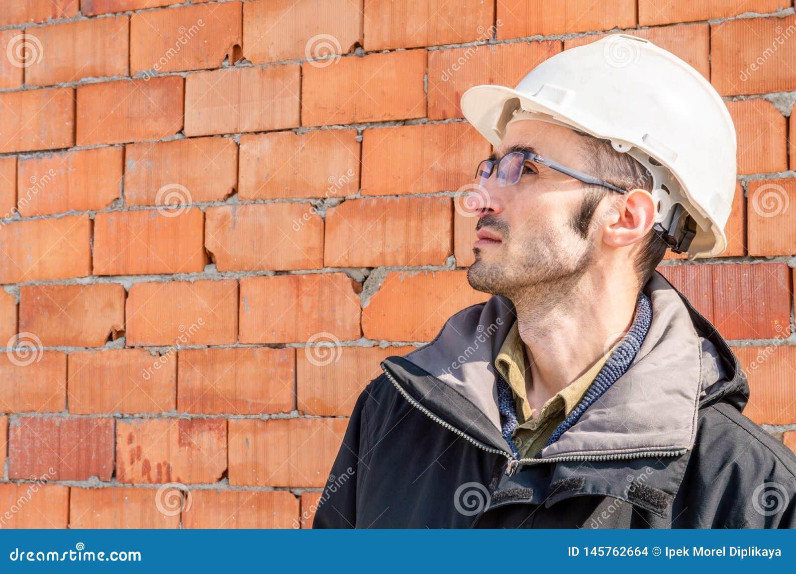 Portrait d un masque de port d ingénieur au chantier de construction