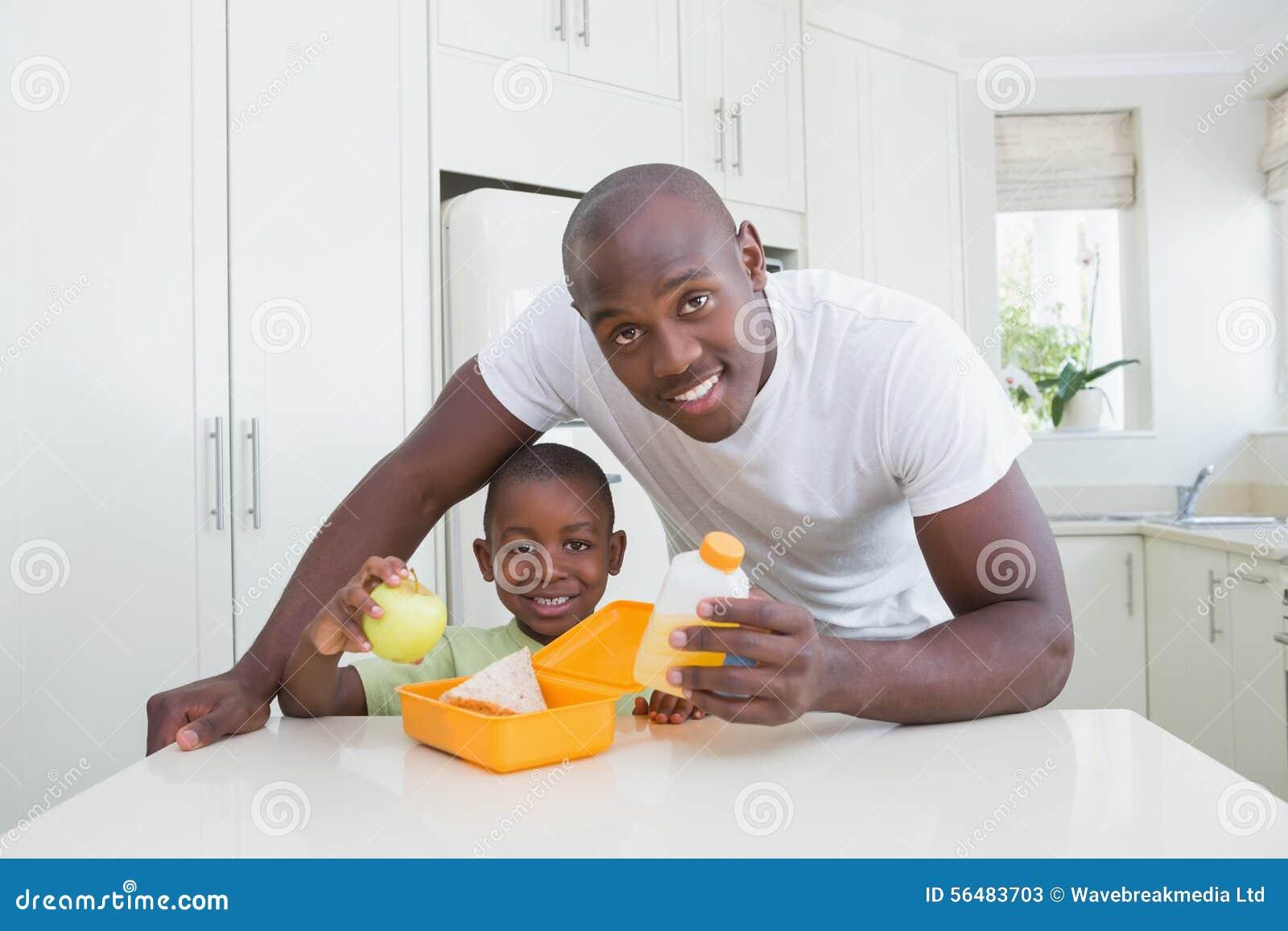 Portrait d un père travaillant avec son fils