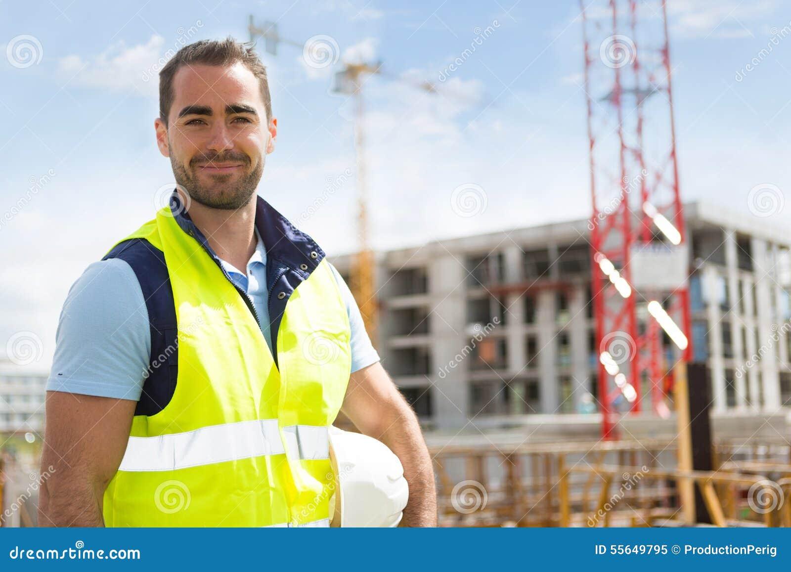 Portrait d un travailleur attirant sur un chantier de construction