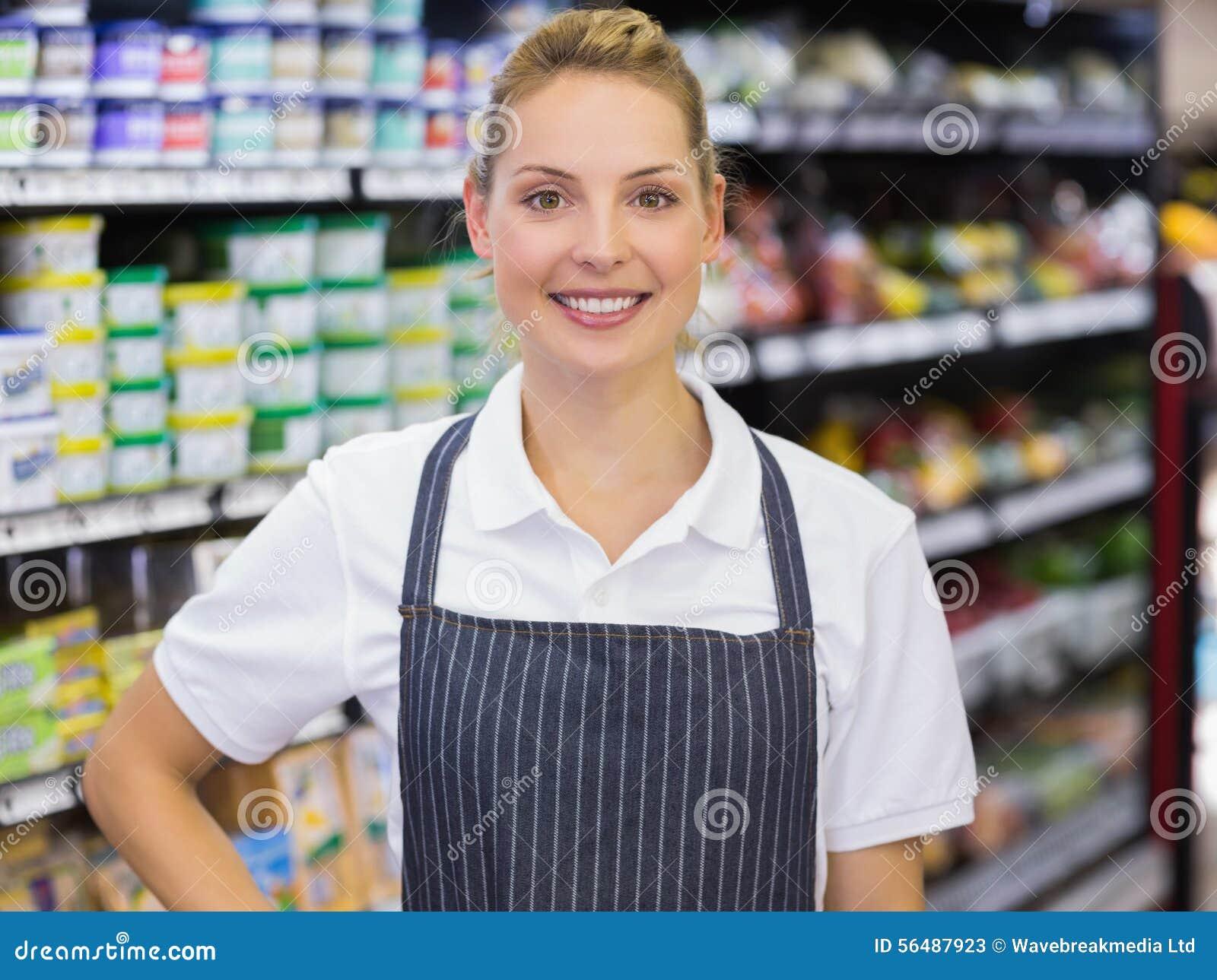 Portrait d un travailleur blond de sourire avec la main sur la hanche