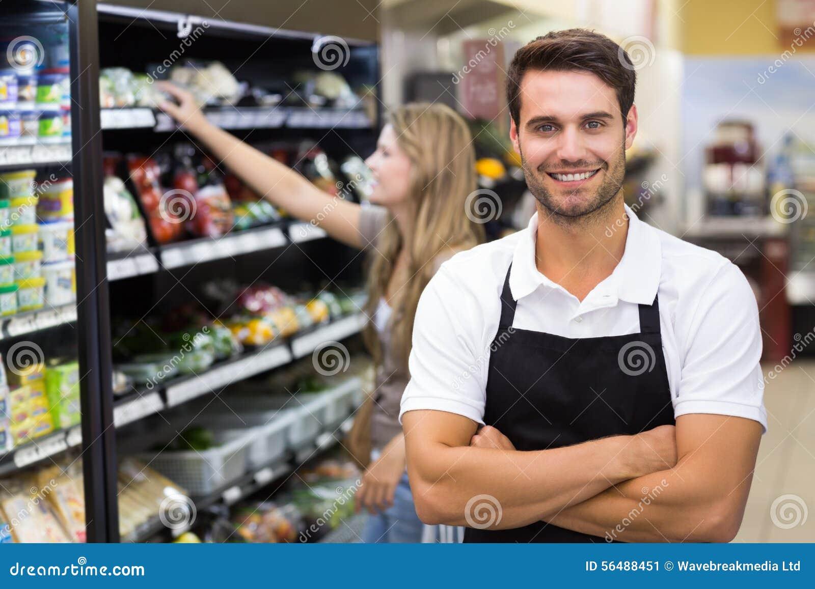 Portrait d un vendeur beau avec le bras croisé