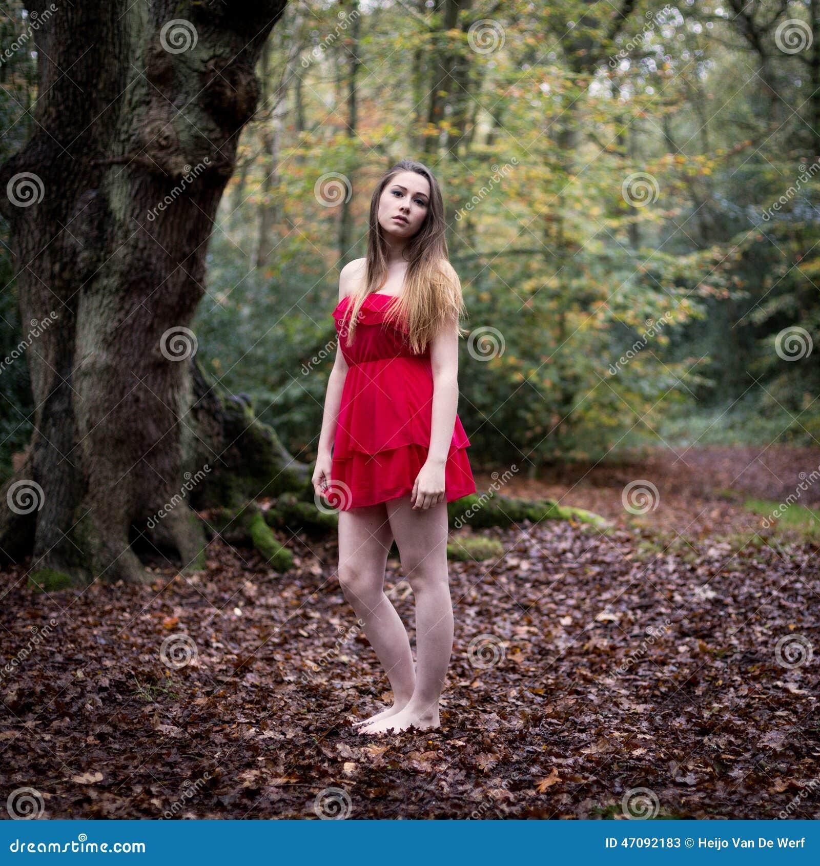 Portrait De Fille Teen Belle Redhead Saine Avec Des Fleurs