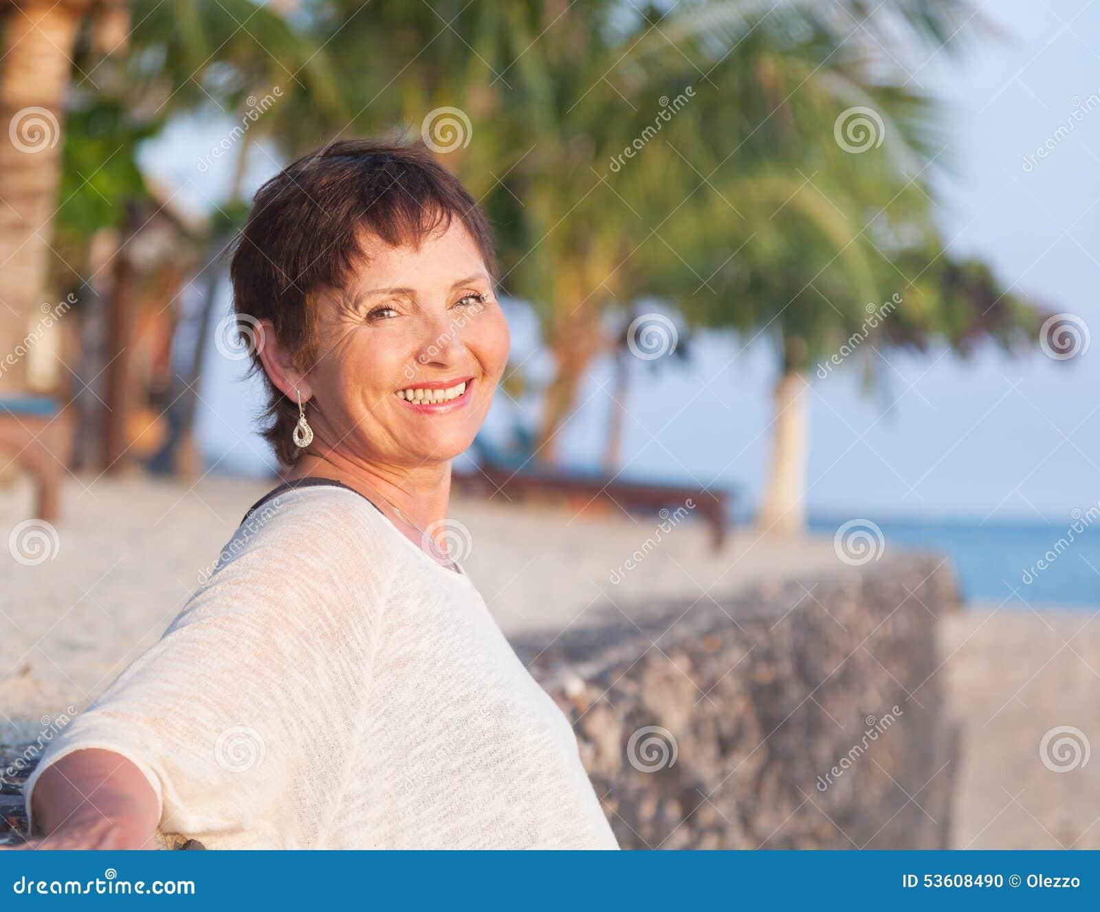 Portrait d une belle femme d une cinquantaine d années