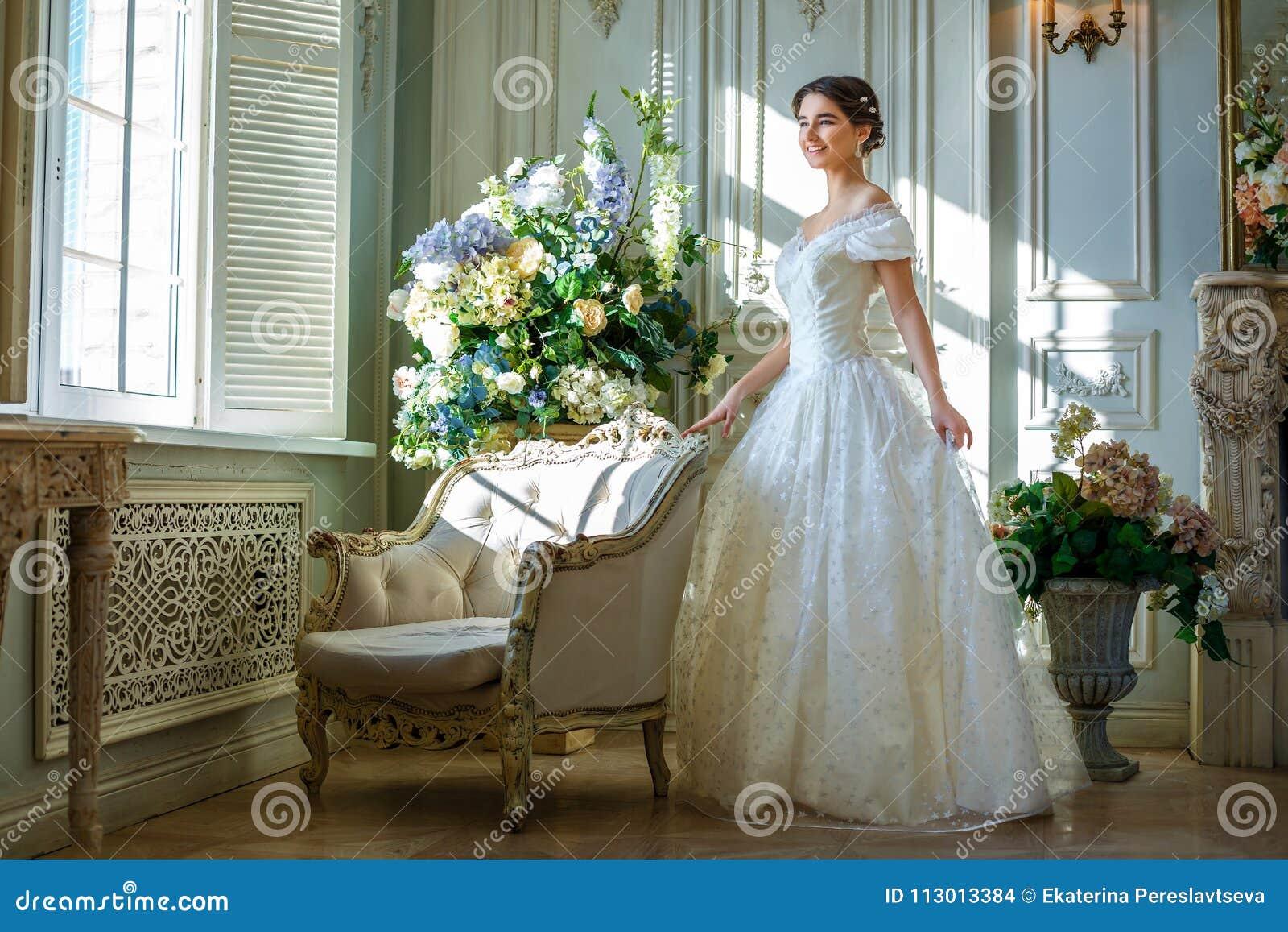 Portrait d une belle fille dans une robe de boule dans l intérieur Le concept de la tendresse et la beauté pure dans la princesse