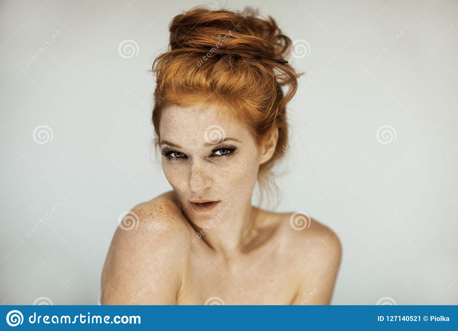 Portrait d une belle jeune femme avec de longs cheveux bouclés et taches de rousseur rouges