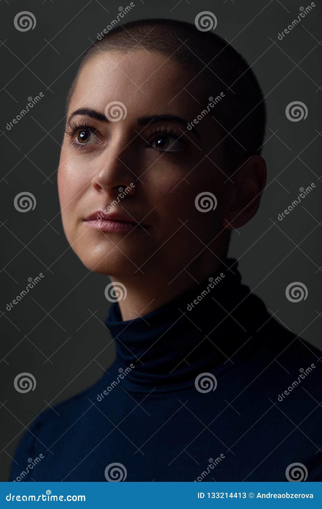 Portrait d une belle jeune femme avec la coiffure courte Portrait femelle magnifique de cancéreux