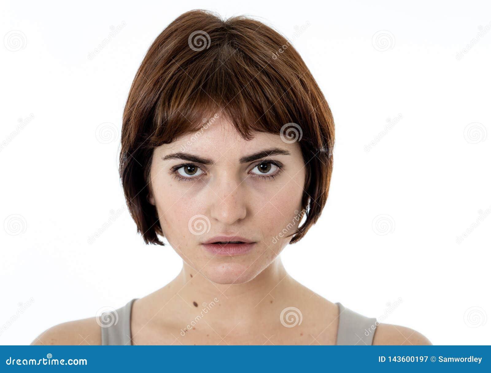 Portrait d une belle jeune femme avec le visage fâché et dur Expressions et émotions humaines