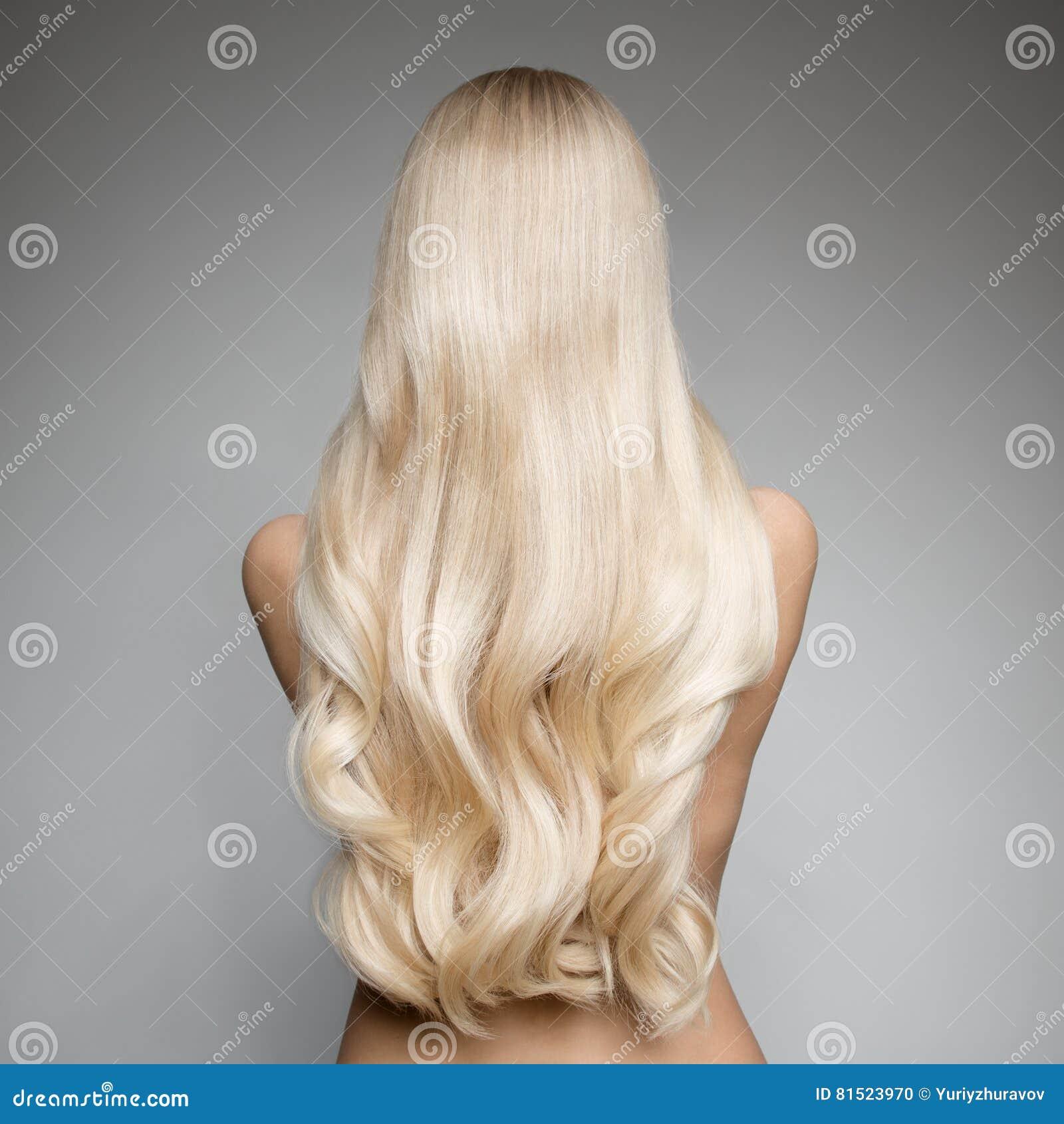 Portrait d une belle jeune femme blonde avec de longs cheveux onduleux