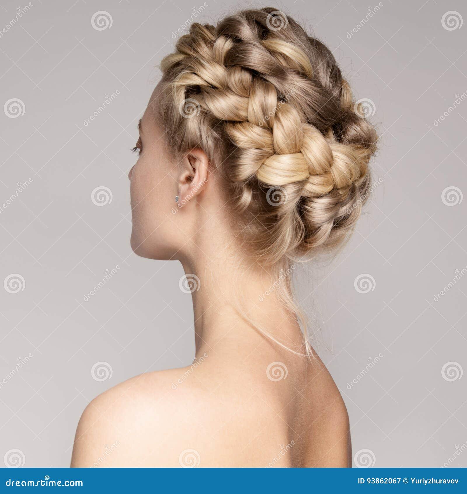 Portrait d une belle jeune femme blonde avec des poils de couronne de tresse