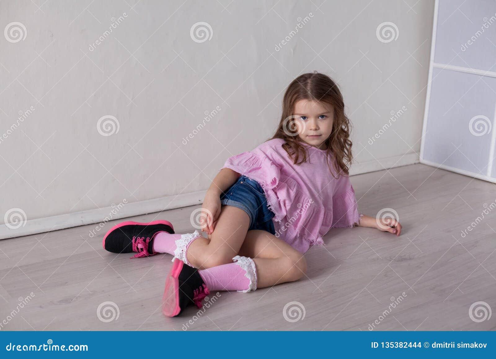 Portrait d une belle petite fille dans une robe rose cinq ans
