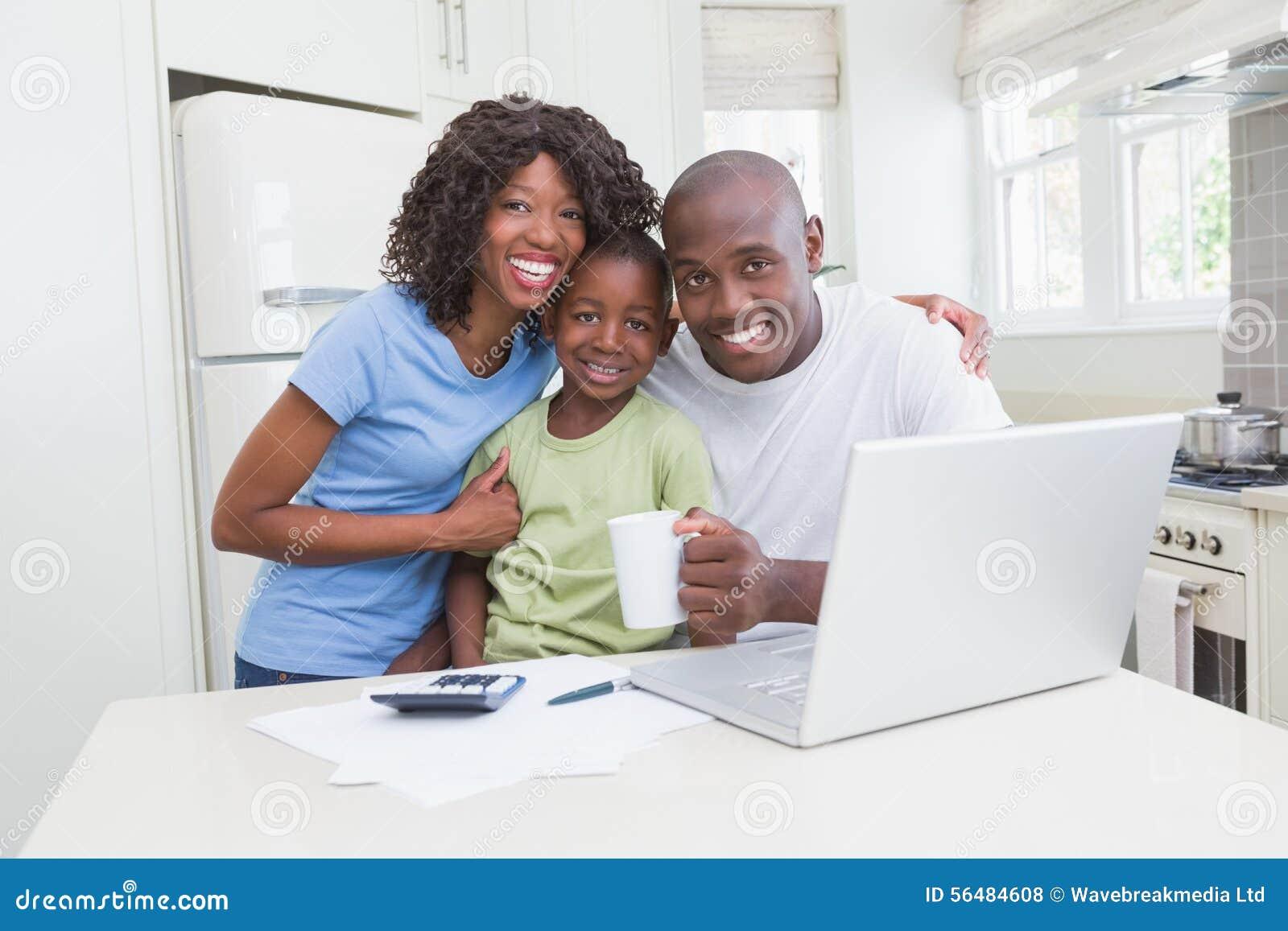 Portrait d une famille de sourire heureuse utilisant l ordinateur