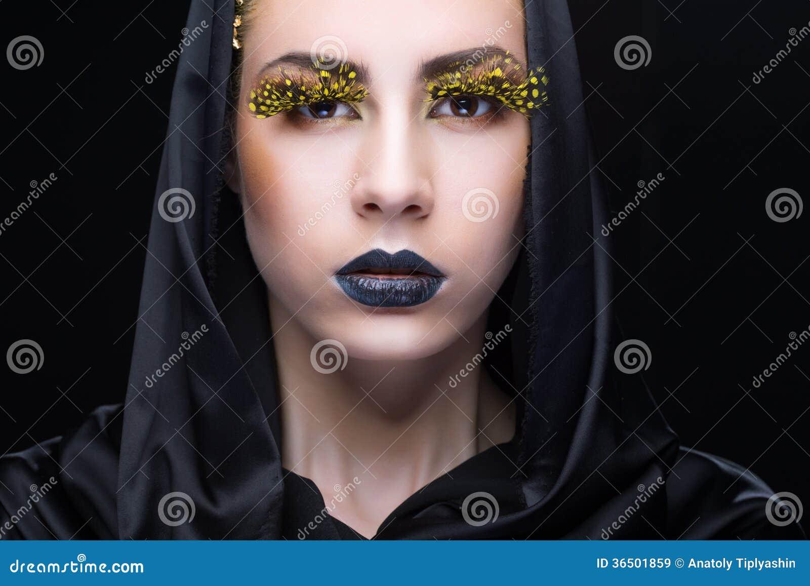 Portrait d une femme avec le maquillage lumineux