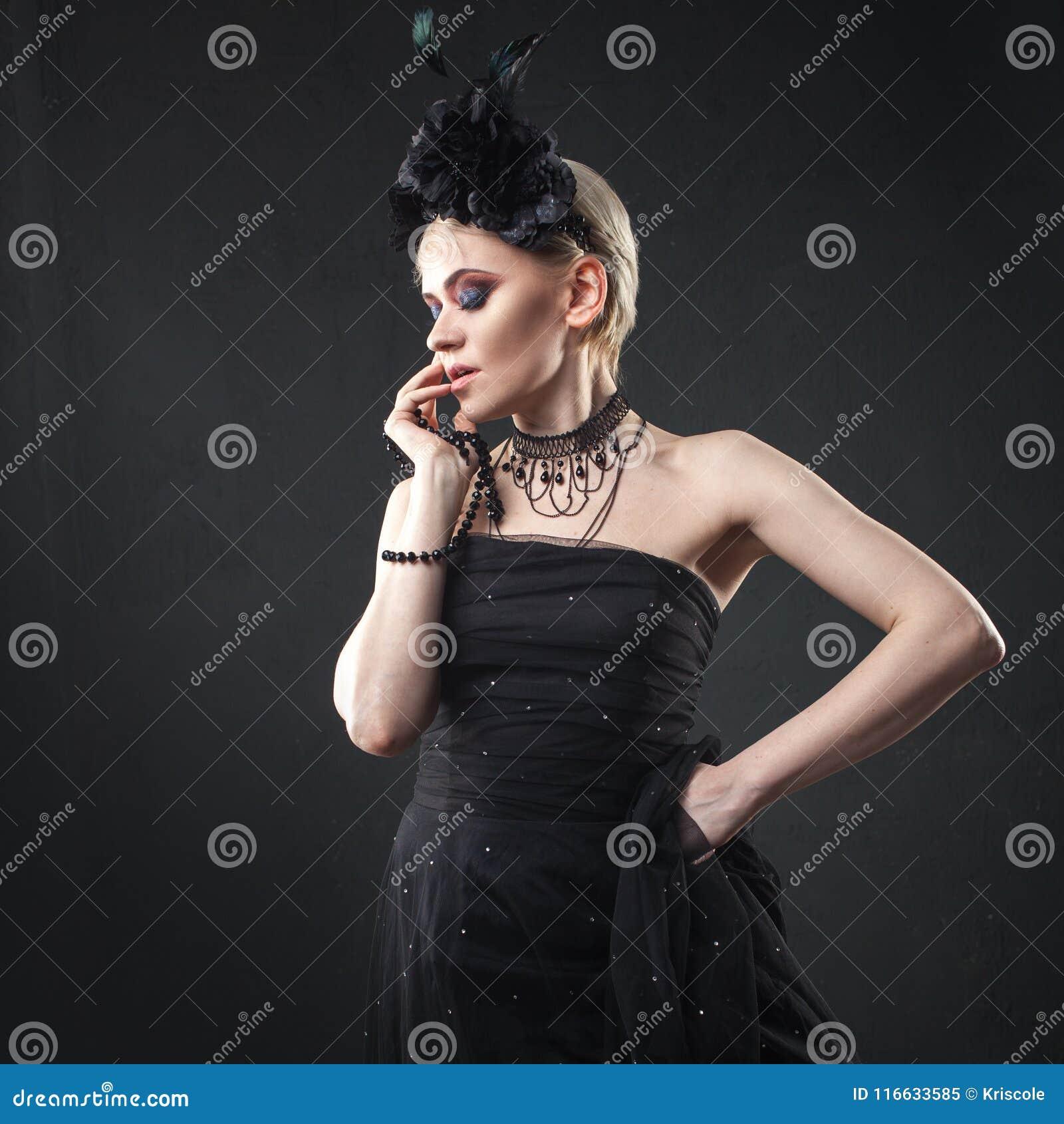 Guirlande D'une Gothique Des Blonde En Portrait Femme Fille Élégante e9WDbH2YEI