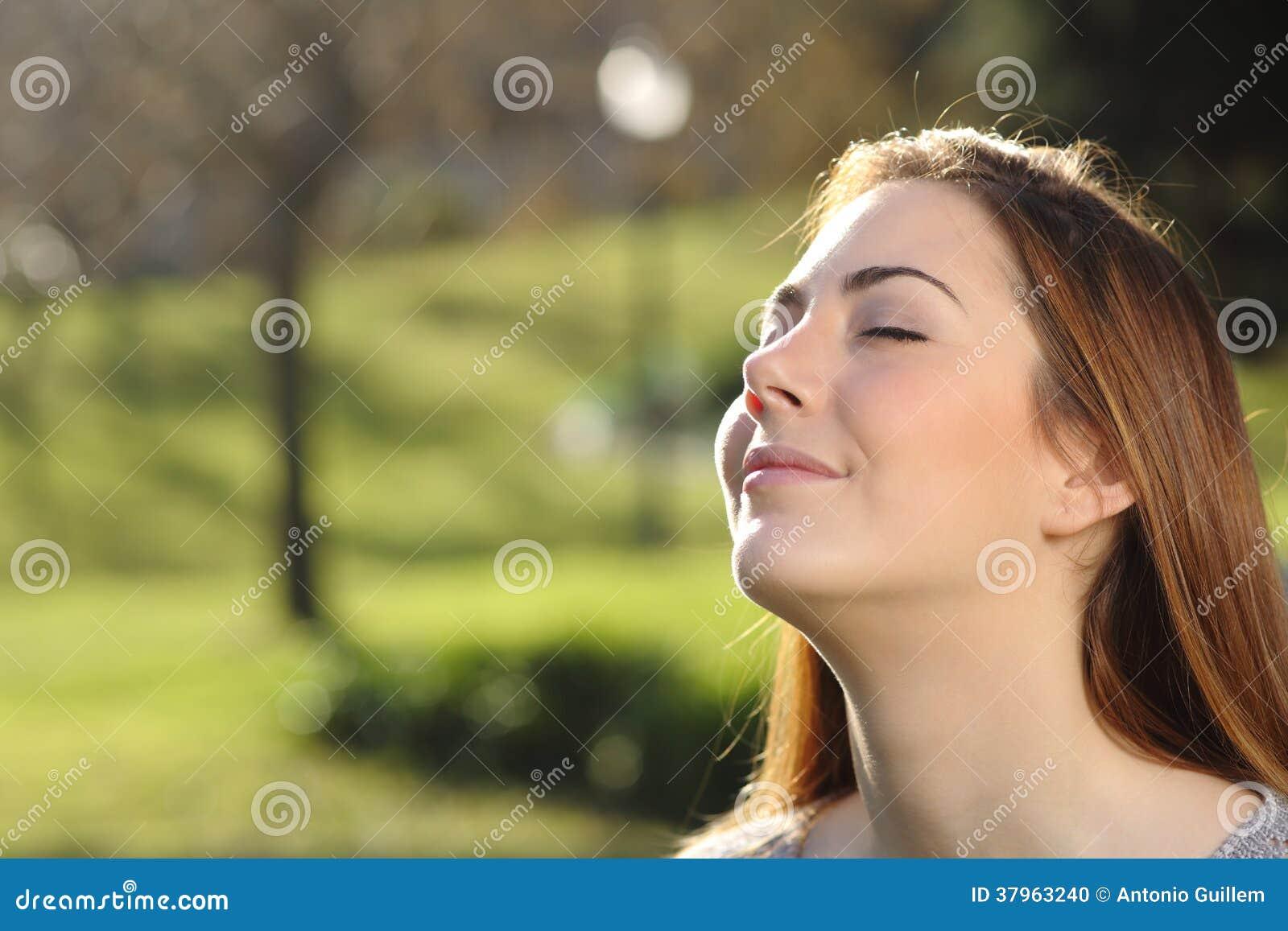 Portrait d une femme décontractée respirant profondément en parc