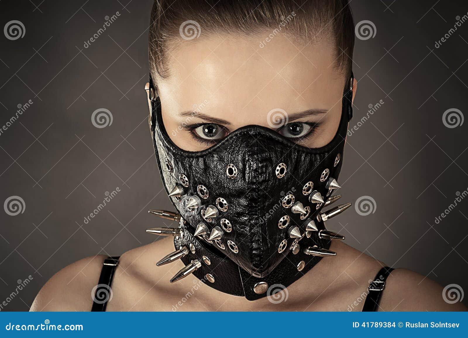 Portrait d une femme dans un masque avec des transitoires
