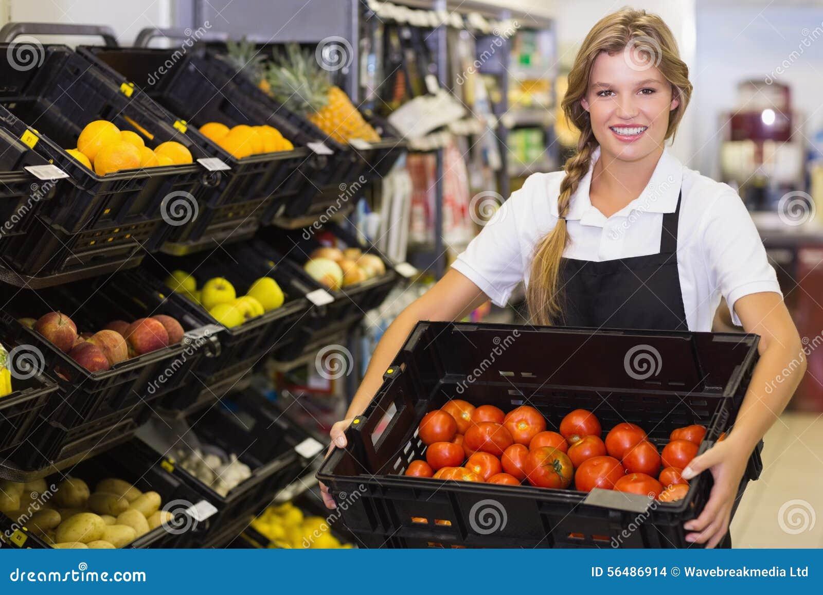 Portrait d une femme de personnel tenant une boîte avec légumes frais