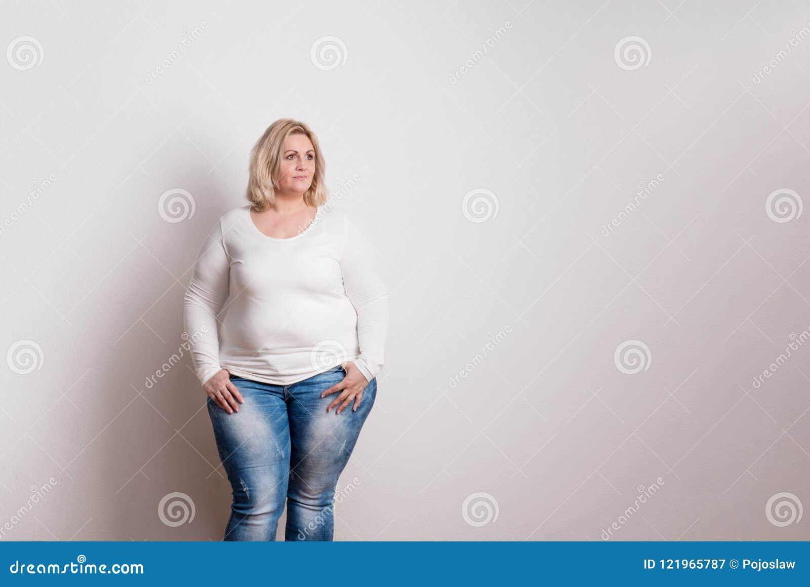 Portrait d une femme de poids excessif attirante dans le studio sur un fond blanc