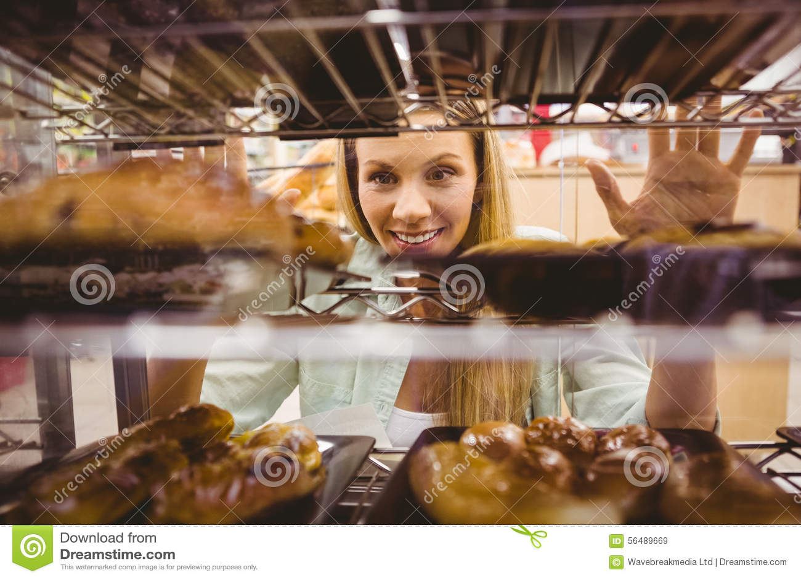 Portrait d une femme regardant de nouveaux plats avec des pâtisseries