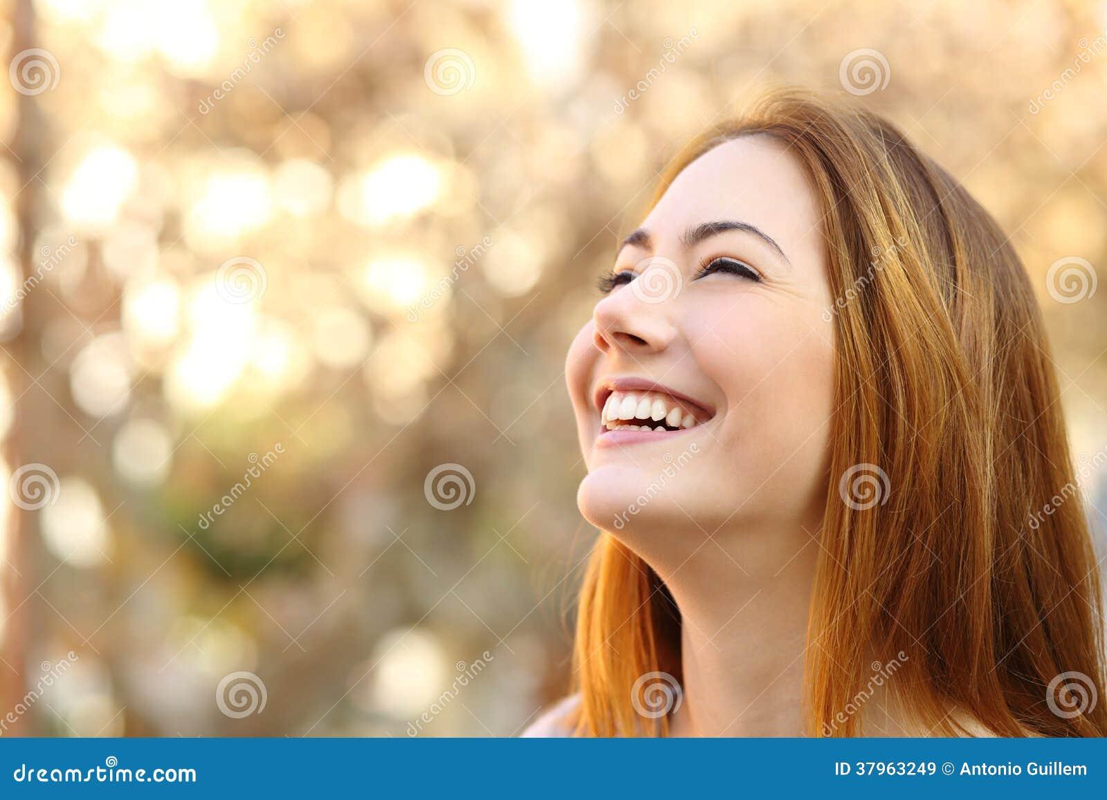 Portrait d une femme riant avec les dents parfaites