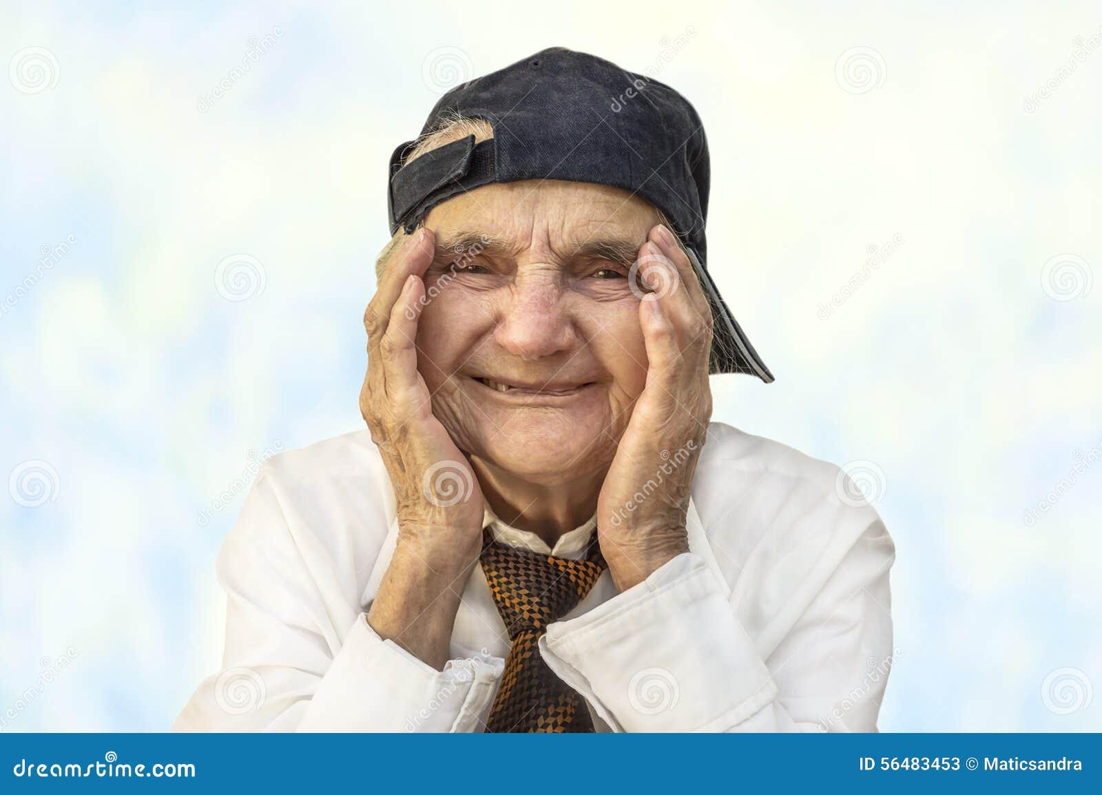 Portrait d une femme supérieure heureuse souriant à l appareil-photo