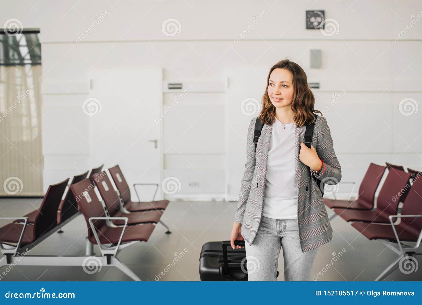 Portrait d une fille à l aéroport, marchant avec ses bagages
