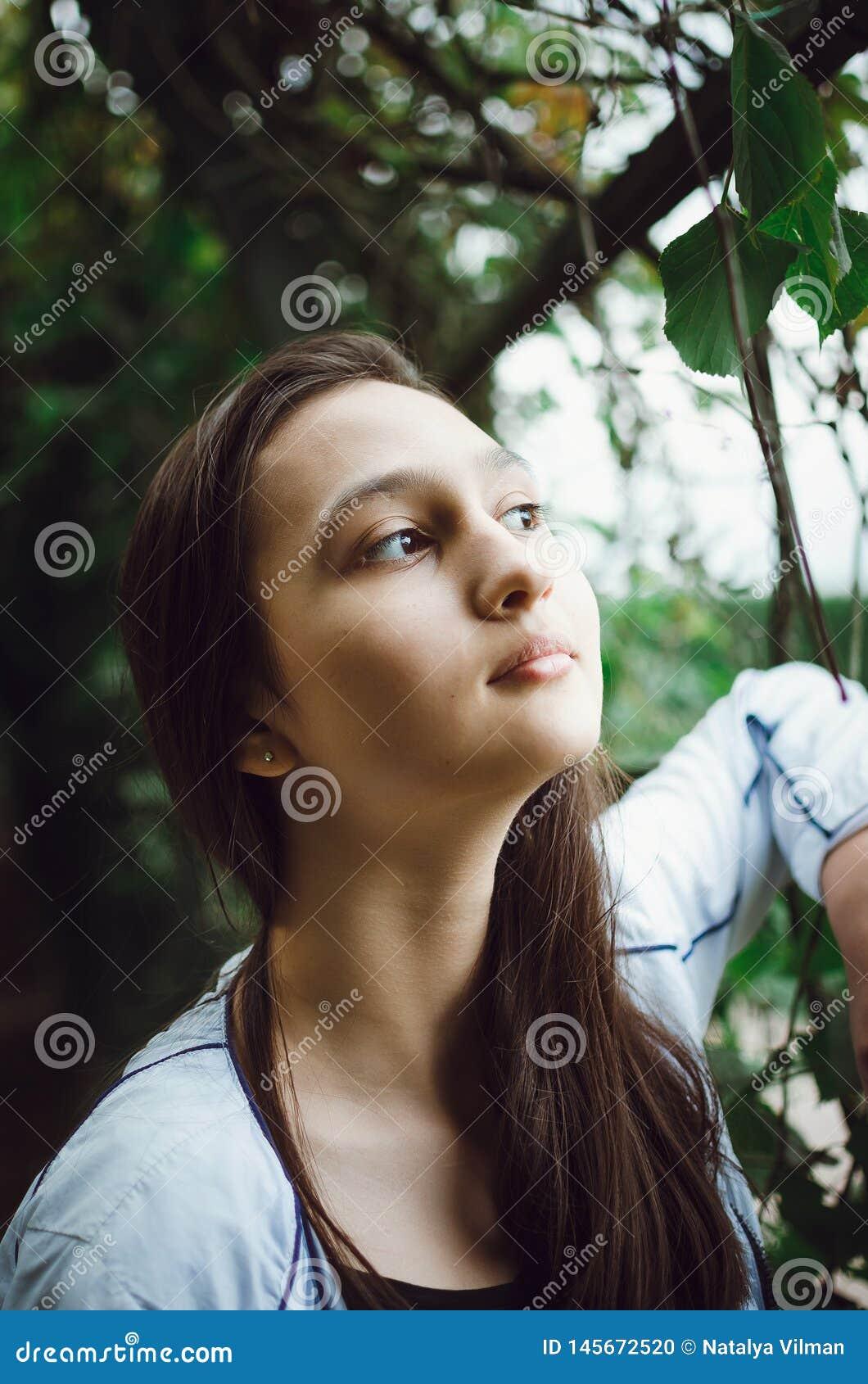 Portrait d une fille assez de l adolescence sur un fond de nature Plan rapproch?