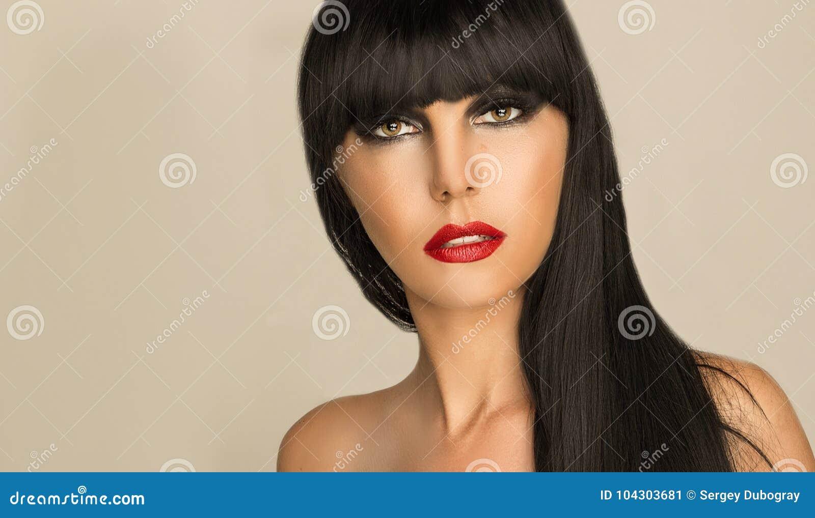 Portrait Dune Fille Avec Les Cheveux Noirs Et Le Maquillage