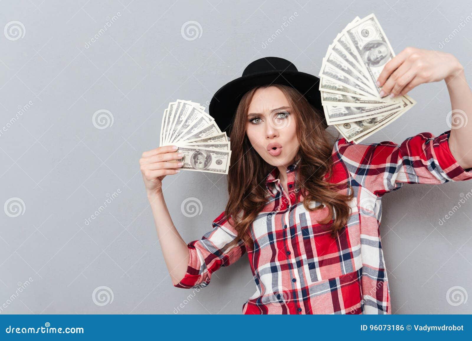 c1f9e119b795c7 Portrait d une fille enthousiaste tenant des billets de banque d argent