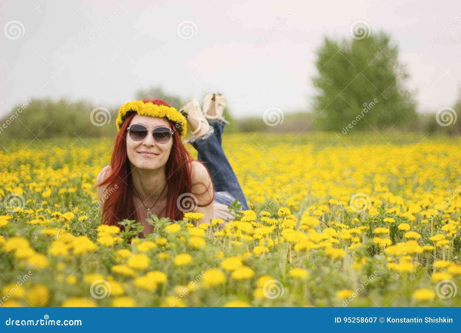 Portrait d une fille qui se trouve sur un gisement de fleur