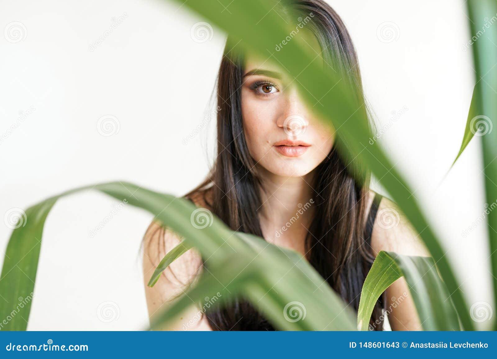 Portrait d une jeune belle femme avec la verdure photo de mode d ?t? Concept de soins de la peau, station thermale de beauté, bio