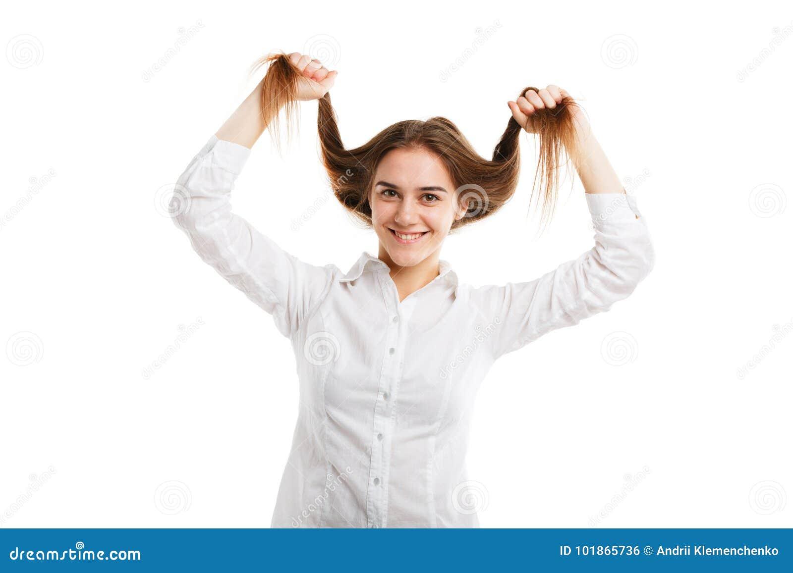 Portrait d une jeune belle fille avec les cheveux débordants D isolement sur le fond blanc