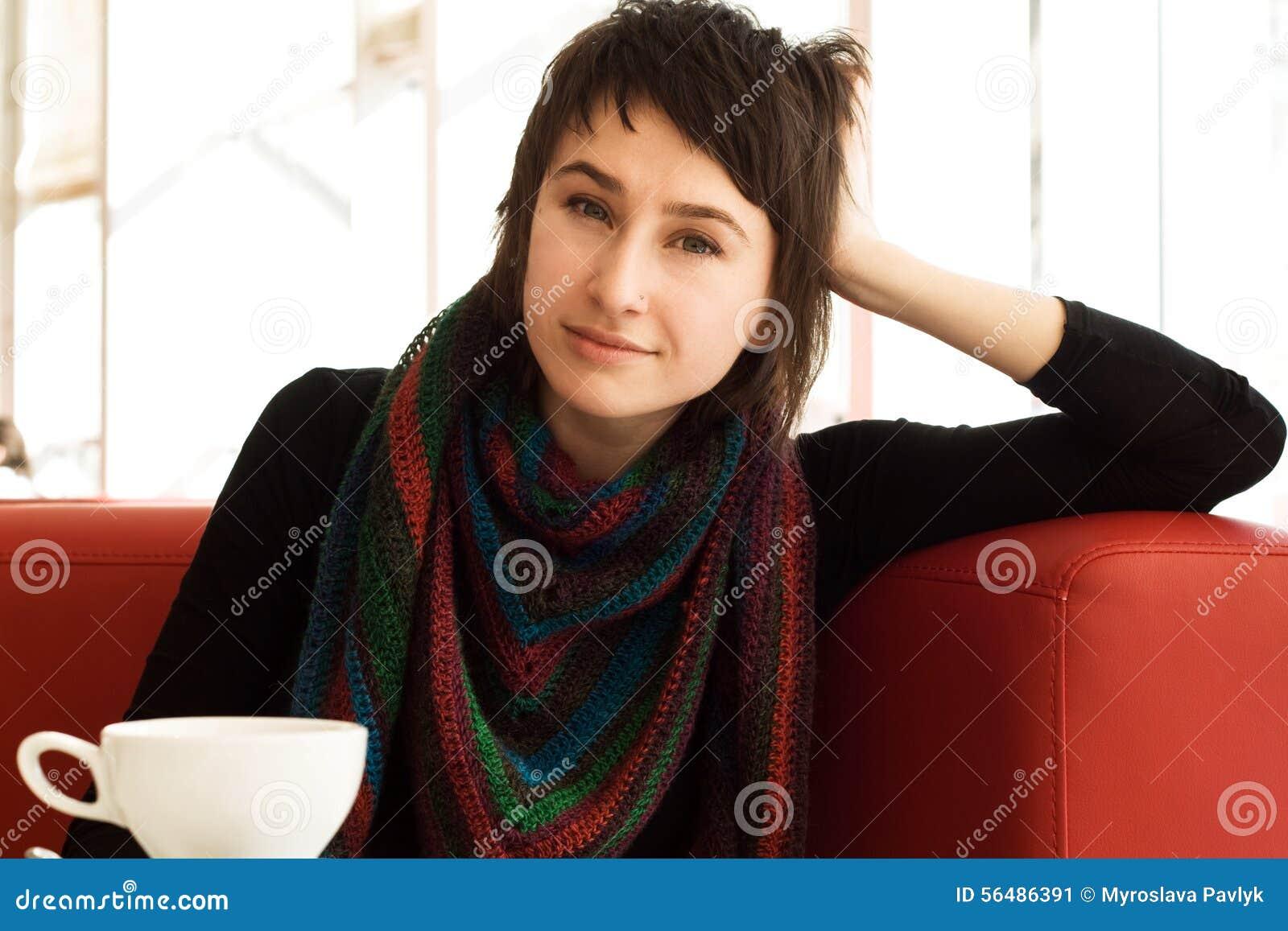 Portrait d une jeune belle fille dans une écharpe rayée tricotée
