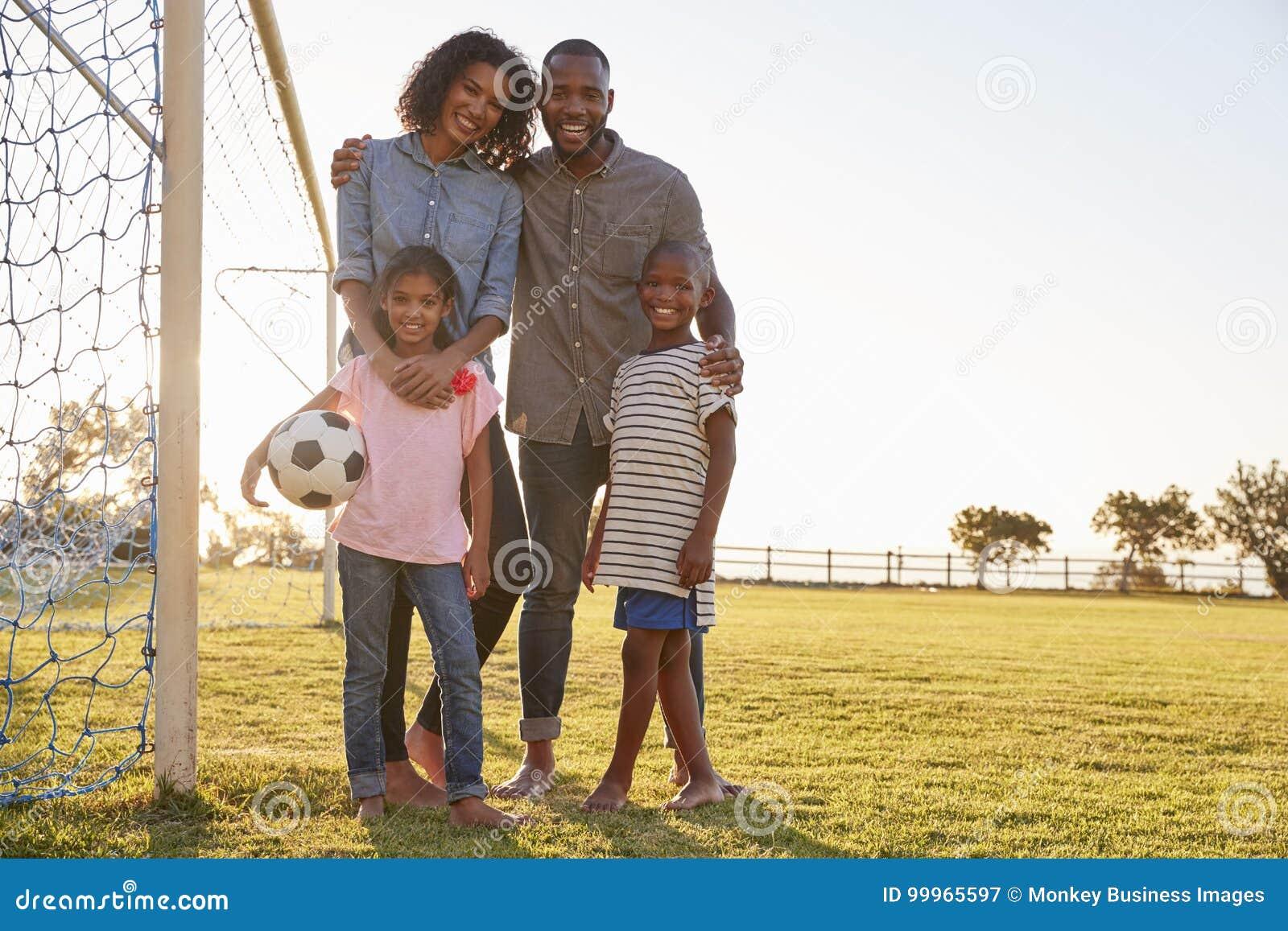 Portrait d une jeune famille noire pendant une partie de football