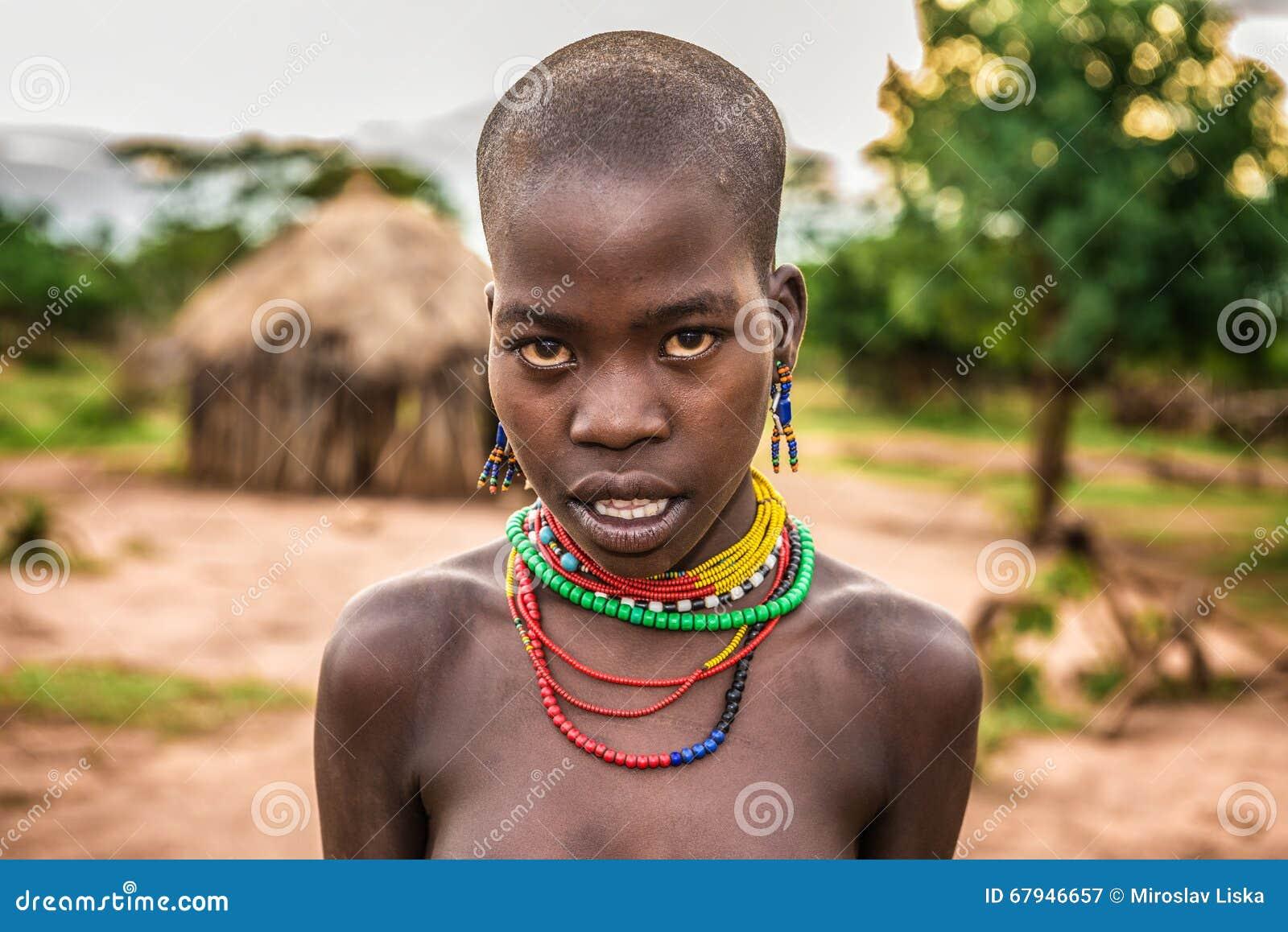 portrait d 39 une jeune femme africaine dans son village photographie ditorial image du ethnique. Black Bedroom Furniture Sets. Home Design Ideas