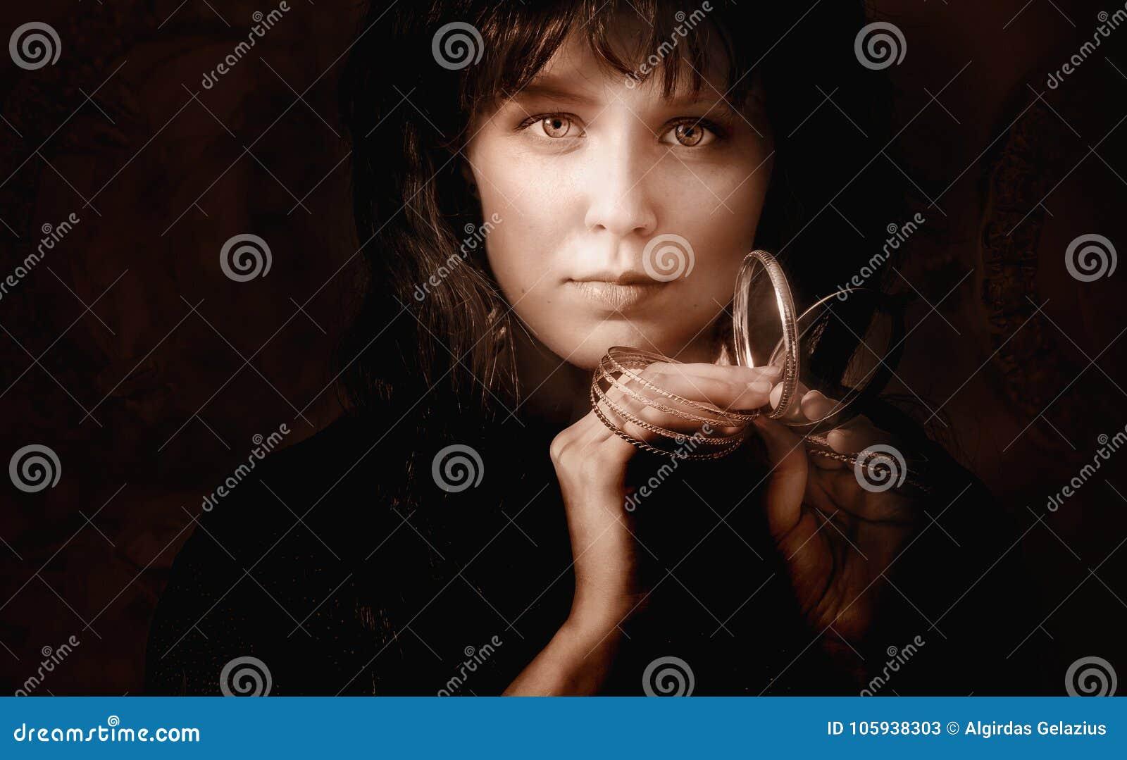 Portrait d une jeune femme avec les bracelets d or