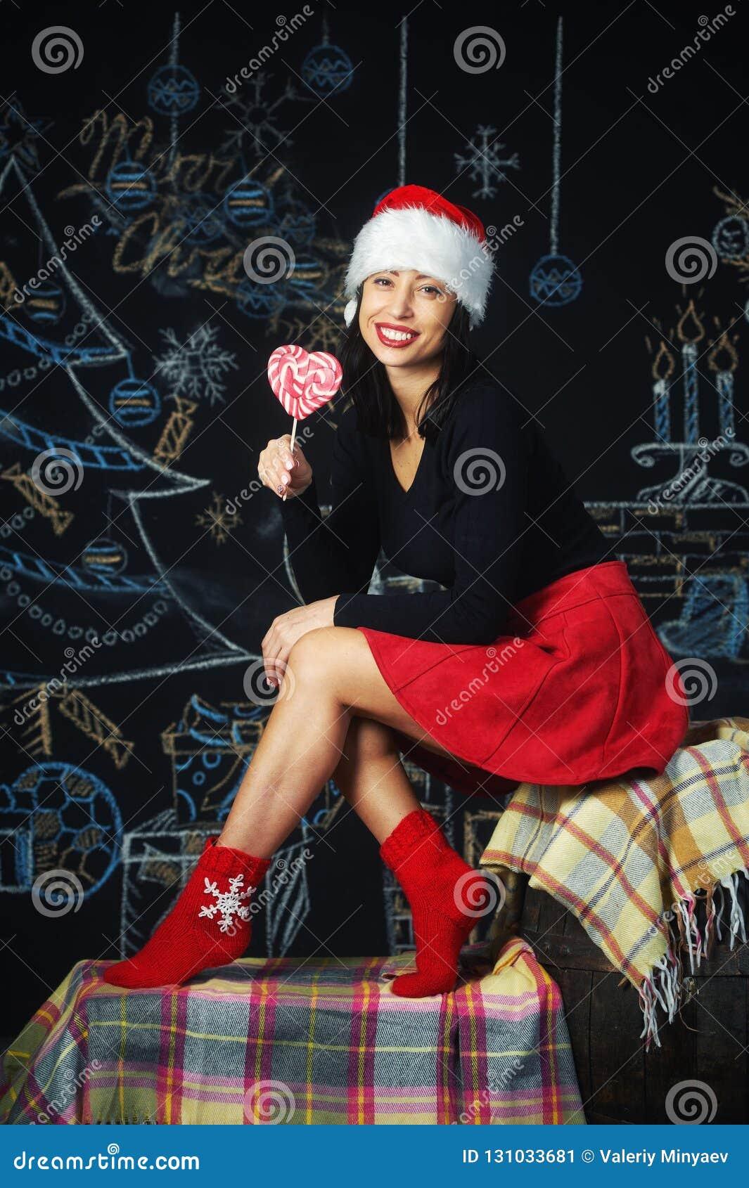 Portrait d une jeune femme gaie à la veille de Noël