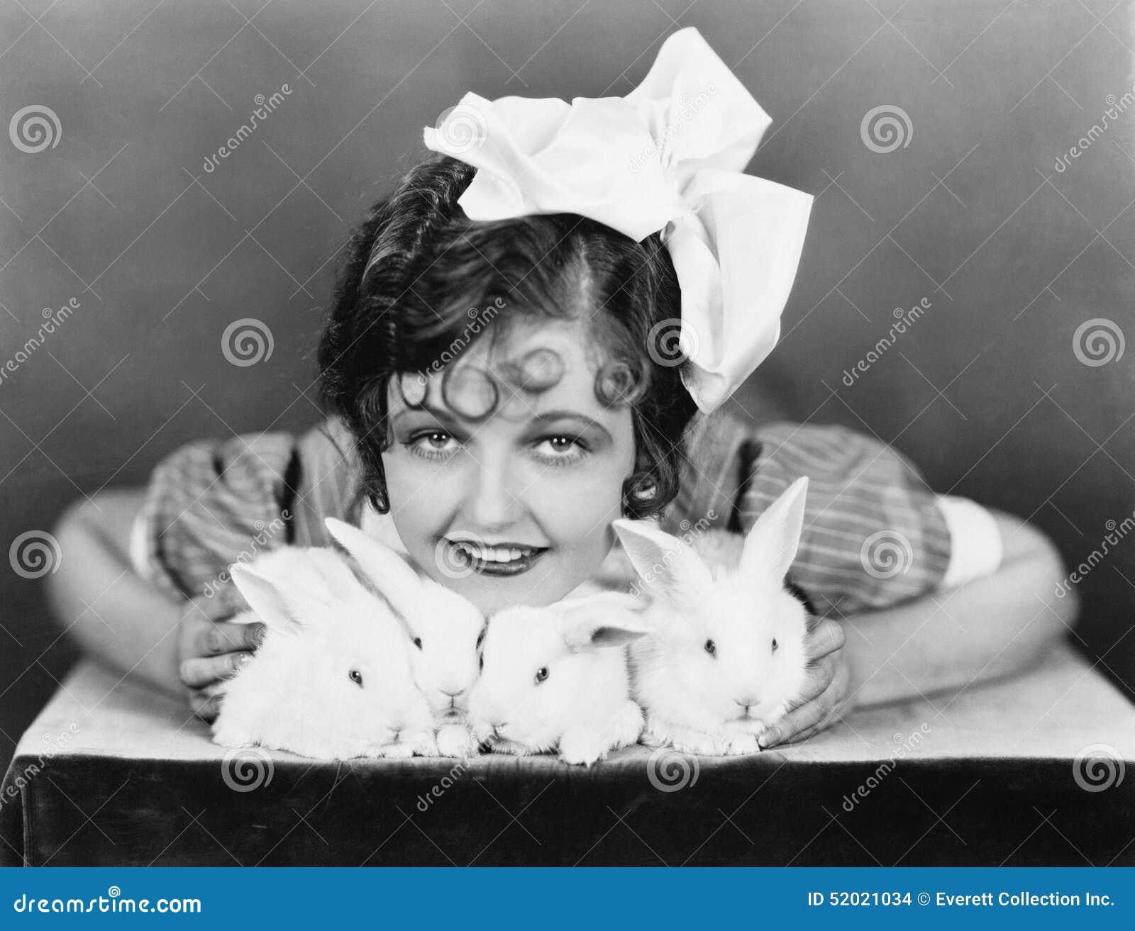 Portrait d une jeune femme tenant des lapins dans des ses bras (toutes les personnes représentées ne sont pas plus long vivantes