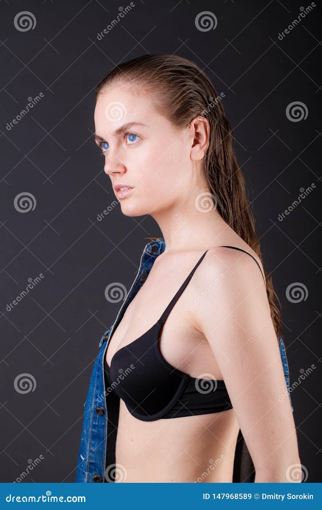 Portrait d une jeune femme tr?s mince dans la lingerie avec les cheveux humides